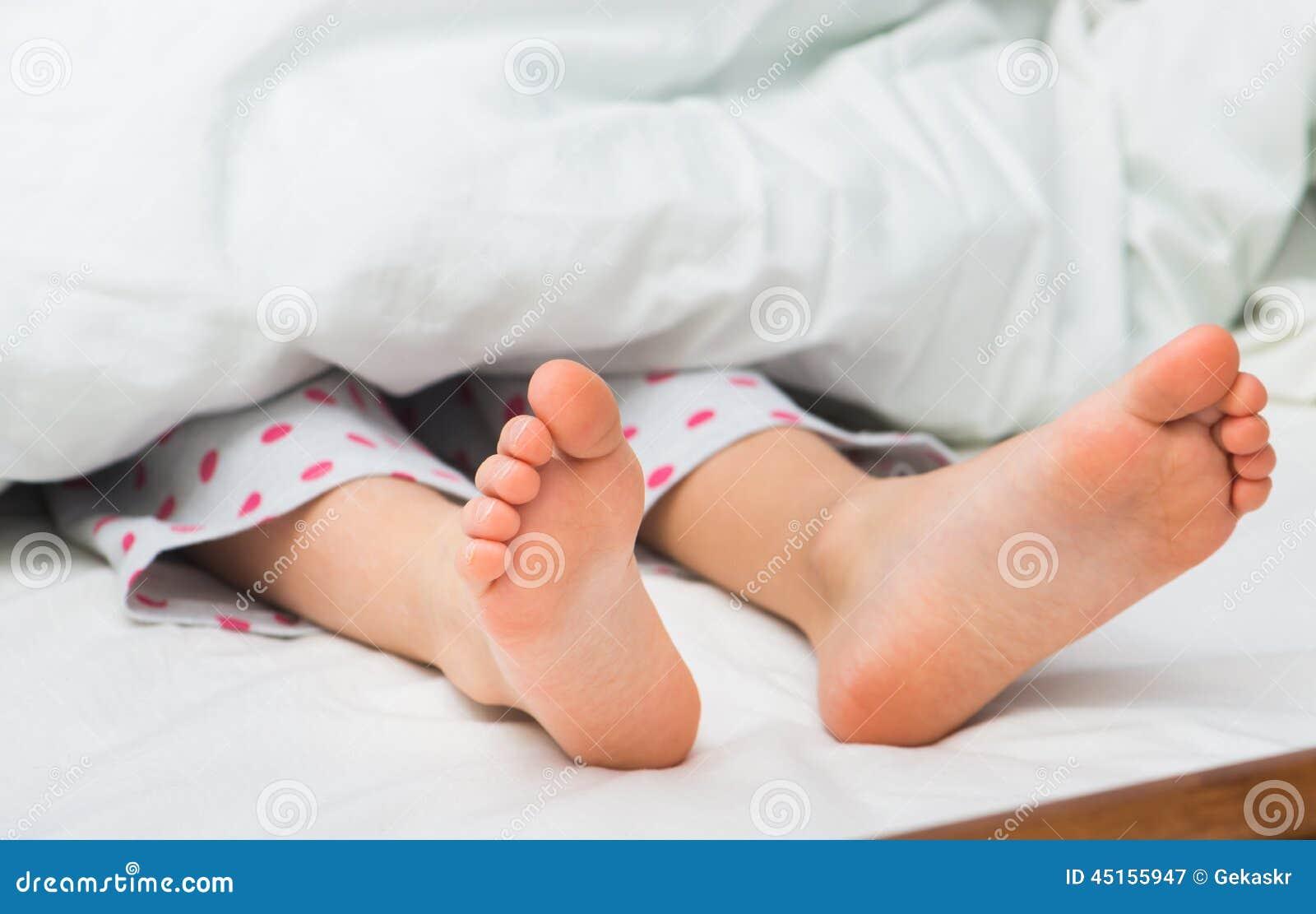 sexy jeune fille nue dans son lit et garon Photo #2990640