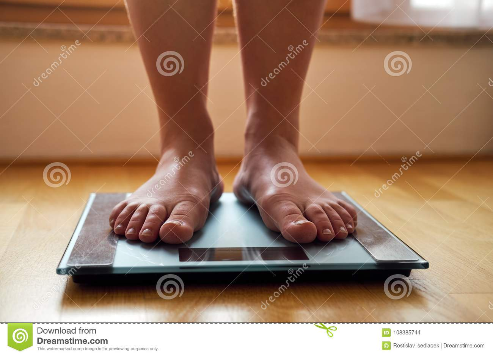 Pieds nus femelles avec l échelle de poids
