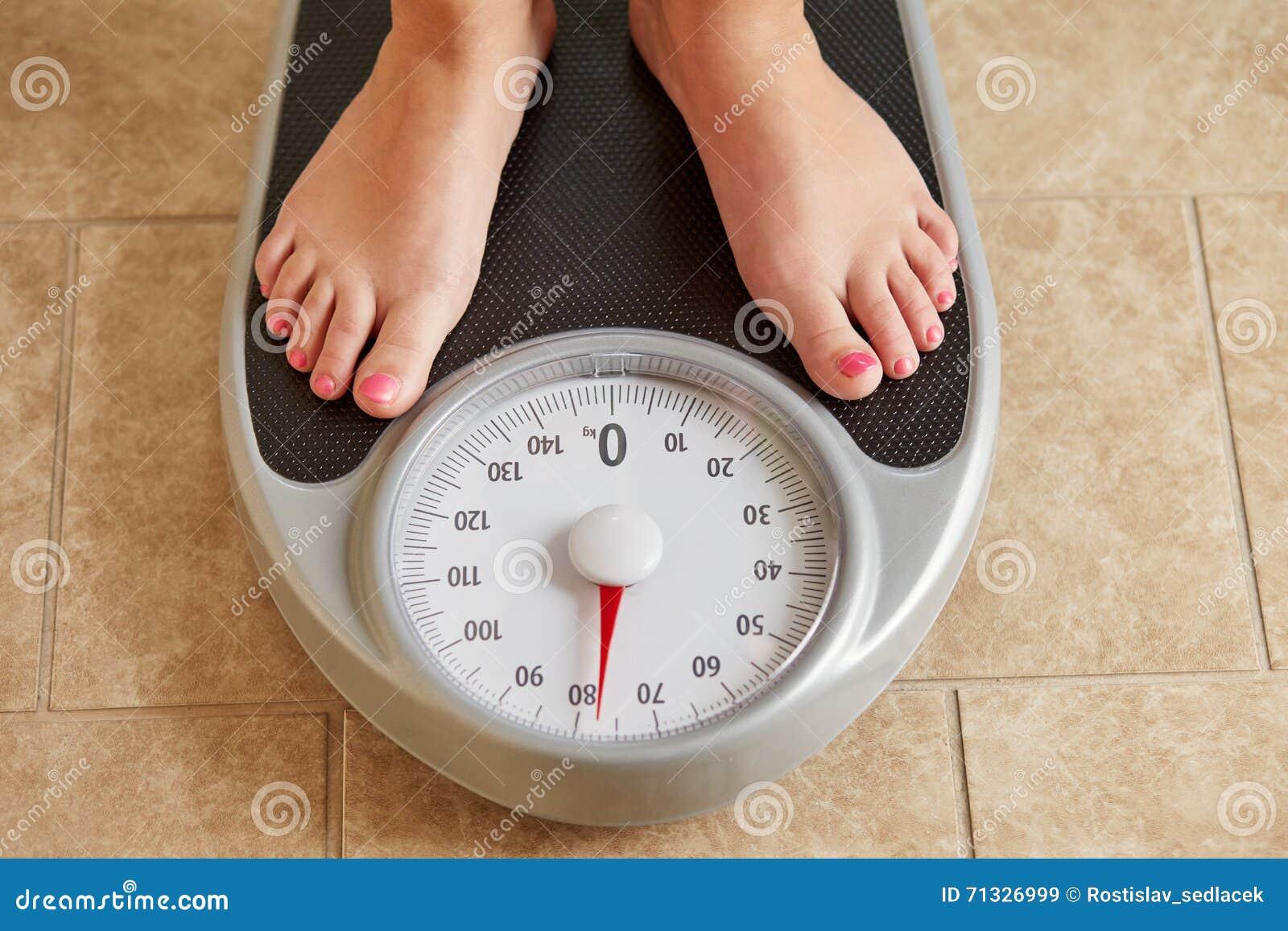 Pieds nus femelles sur l échelle de poids