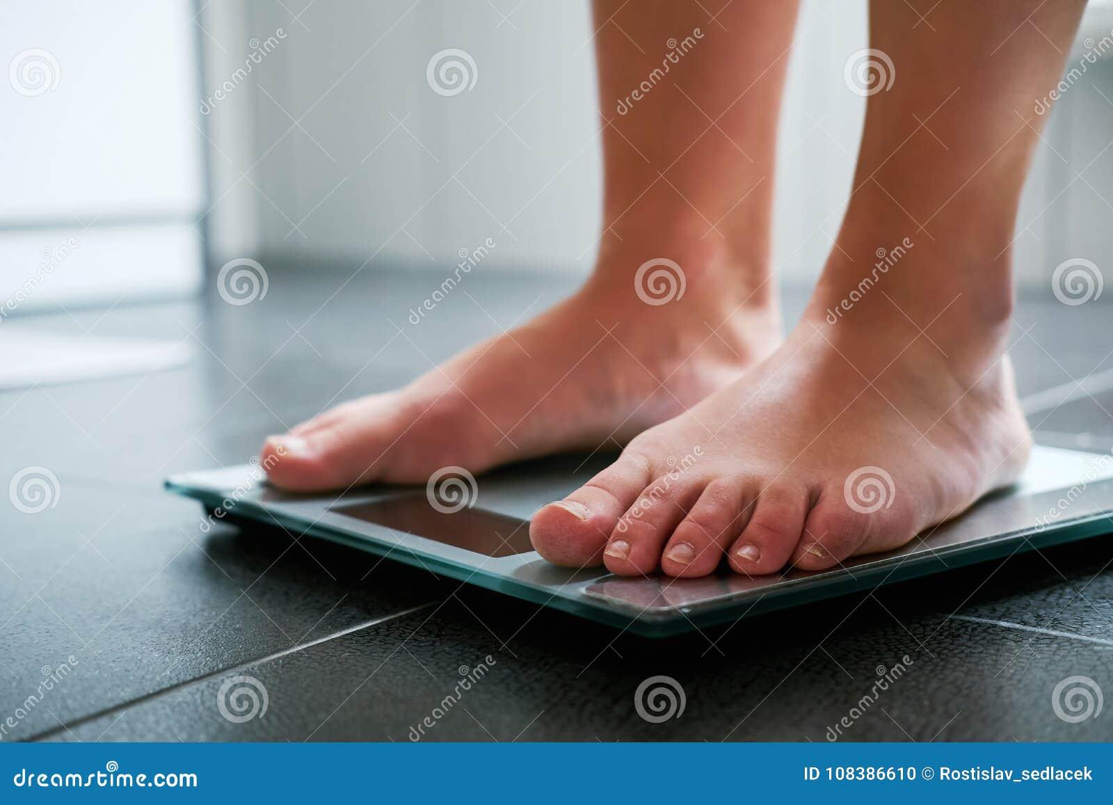 Pieds nus femelles sur l échelle numérique