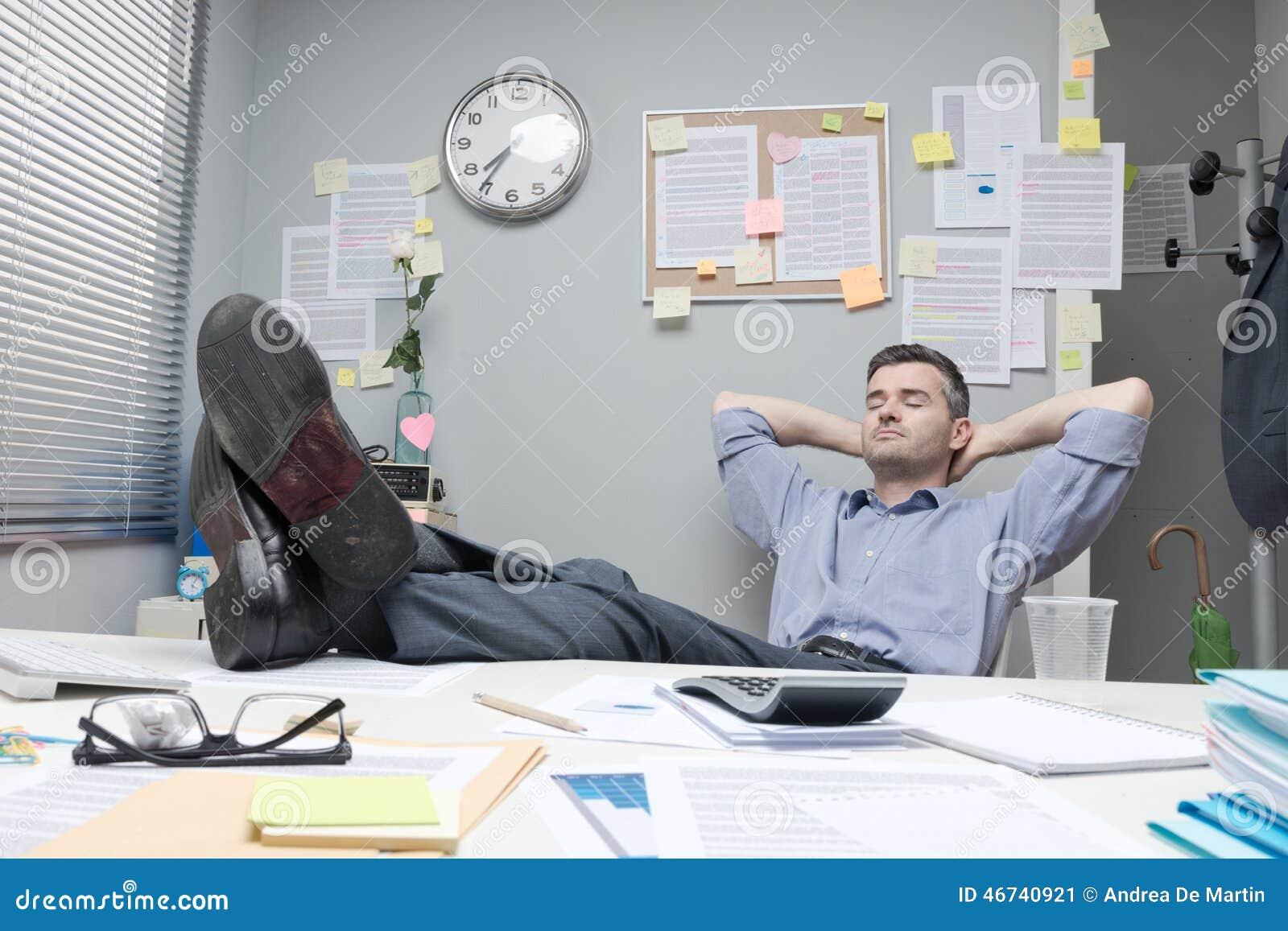 pieds paresseux d 39 employ de bureau photo stock image 46740921. Black Bedroom Furniture Sets. Home Design Ideas