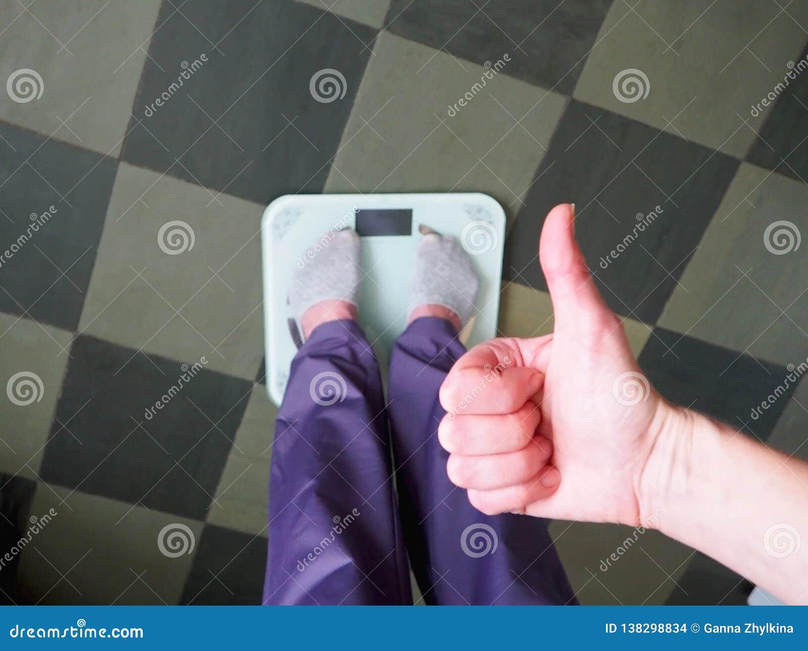 Pieds sur des échelles sur le plancher dans la chambre