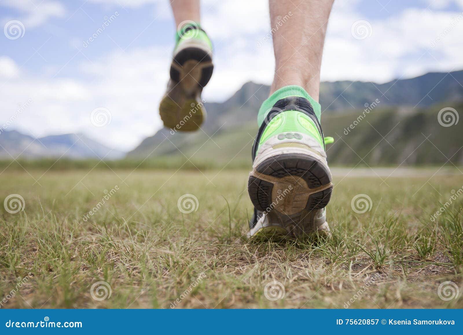 Pieds sur l herbe running