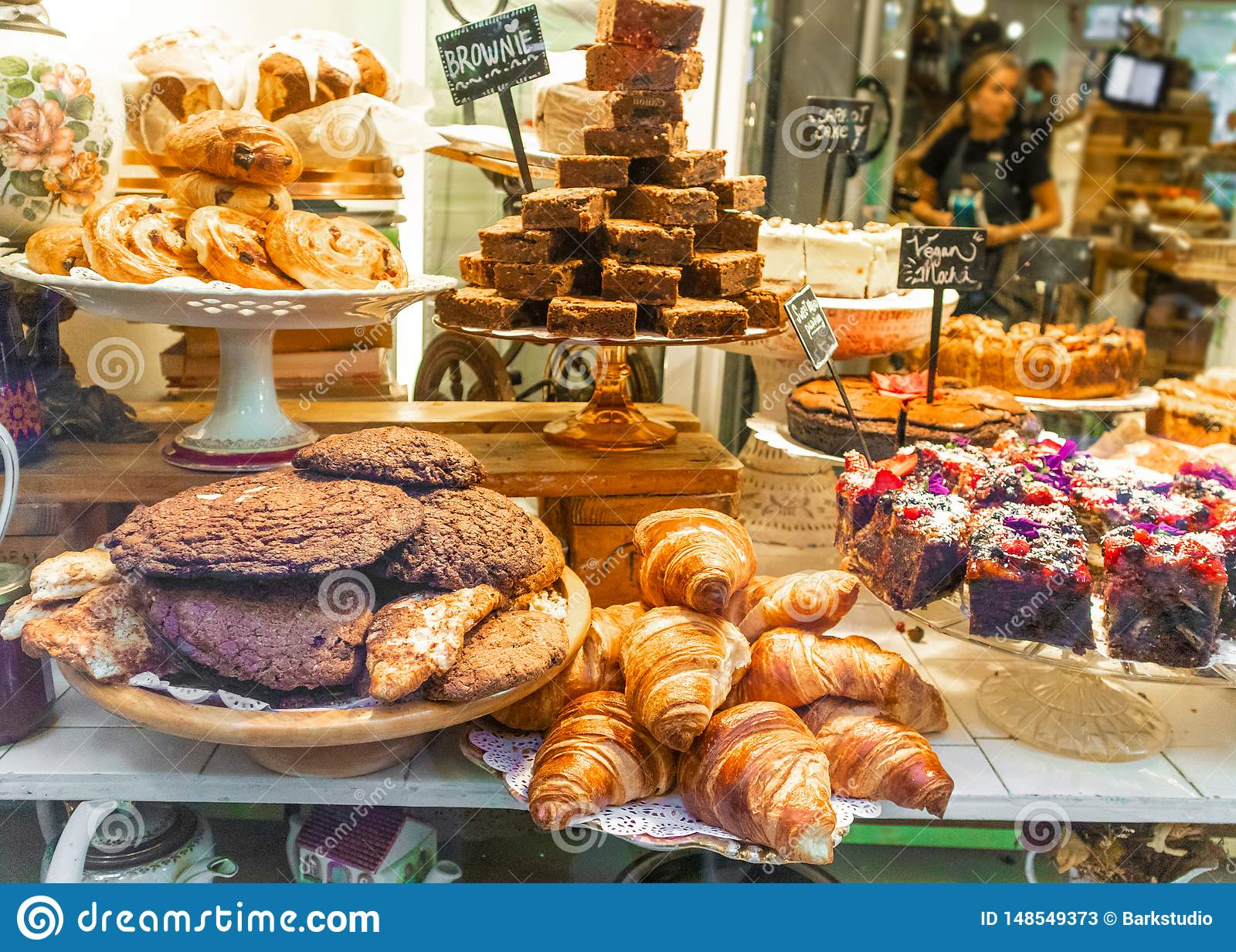 Piekarni gablota wystawowa z croissant, tort, ciastka Paris france