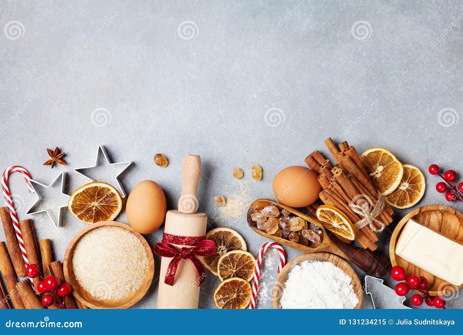 Piekarni tło z składnikami dla kulinarny bożych narodzeń piec dekorował z jedlinowym drzewem Mąka, brown cukier, jajka i pikantno