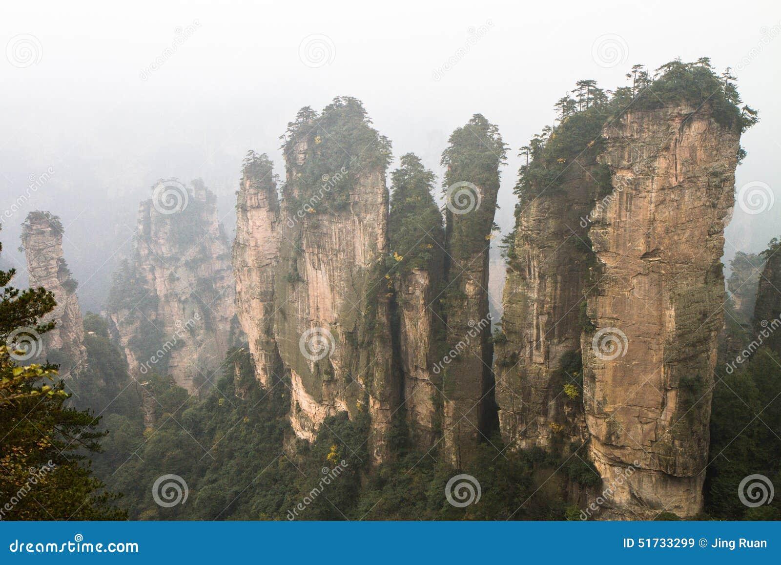 Pieken in wolken in Zhangjiajie