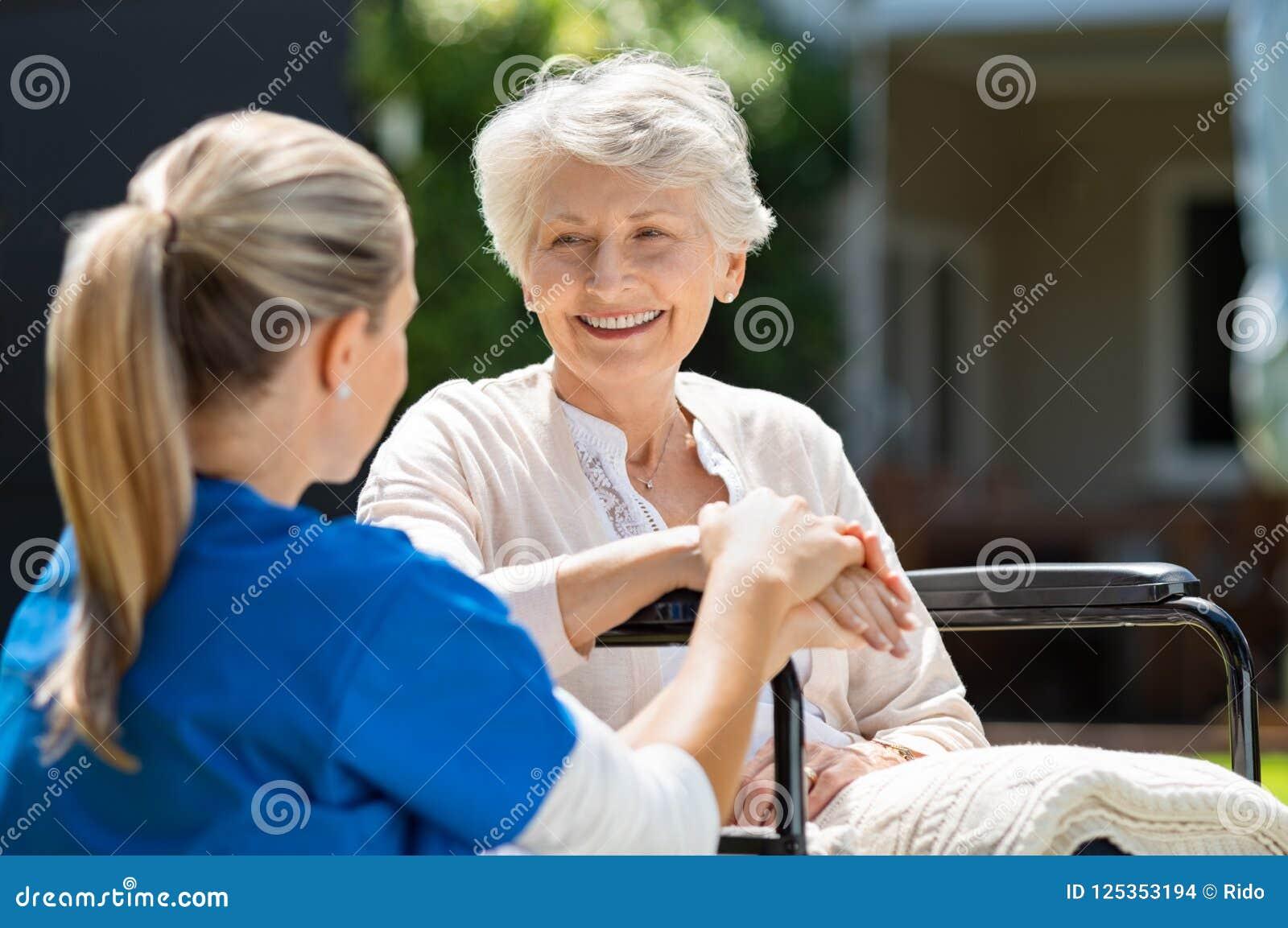 Pielęgniarka bierze opiekę stary pacjent