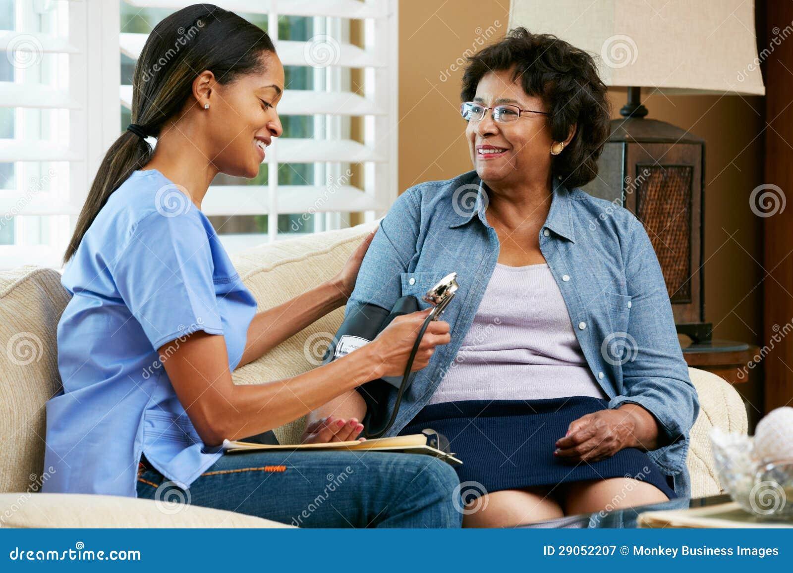 Pielęgniarka Odwiedza Starszego Żeńskiego pacjenta W Domu