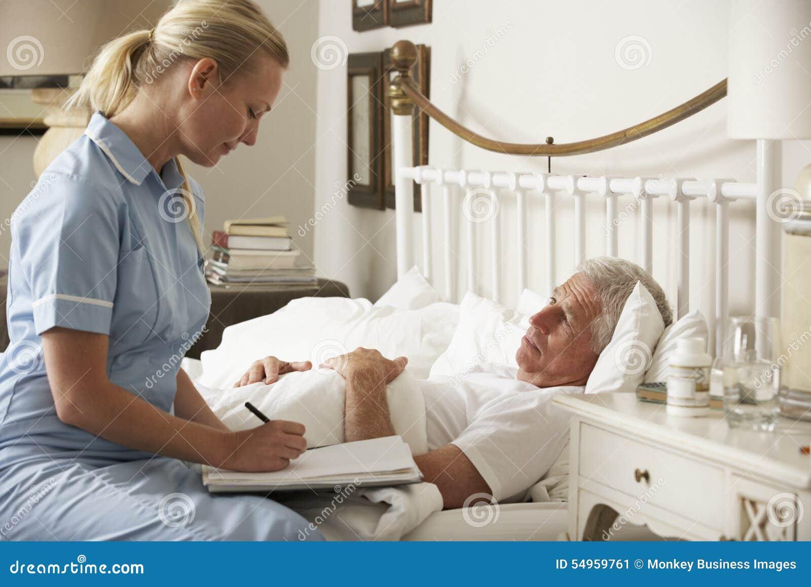 Pielęgniarka Odwiedza Starszego Męskiego pacjenta W łóżku W Domu