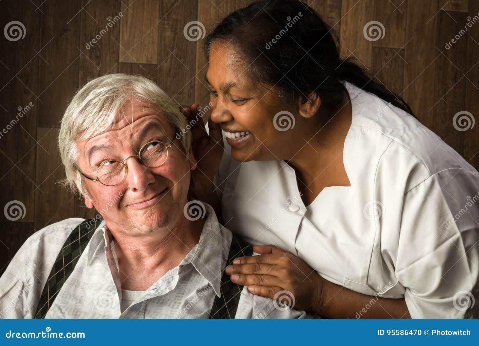 Pielęgniarka opowiada starsza osoba mężczyzna