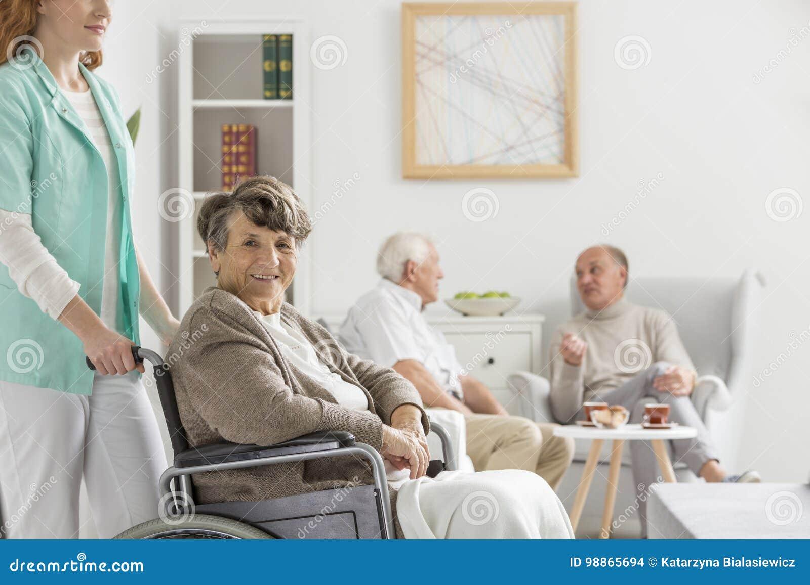 Pielęgniarka pomaga szczęśliwego seniora