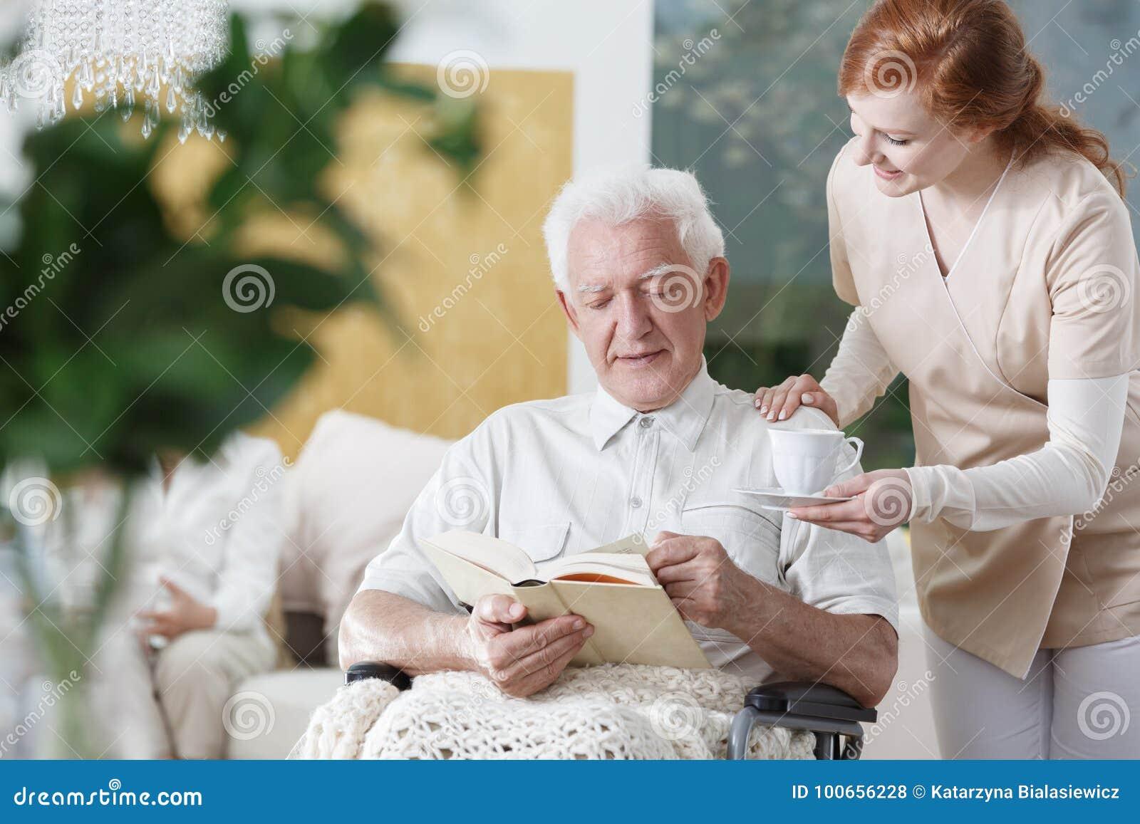 Pielęgniarka z filiżanką herbata