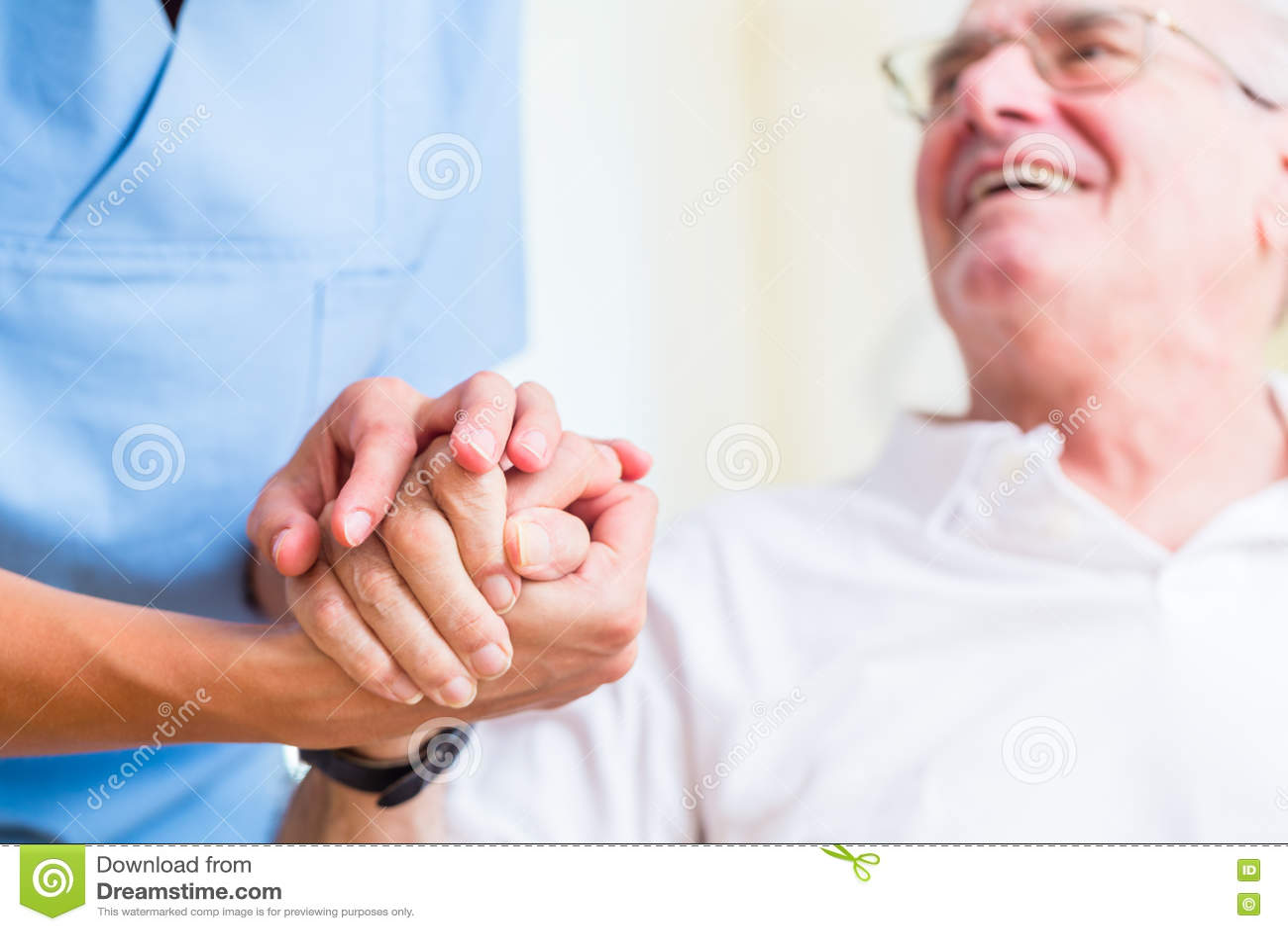 Pielęgniarki mienia ręka starszy mężczyzna w spoczynkowym domu
