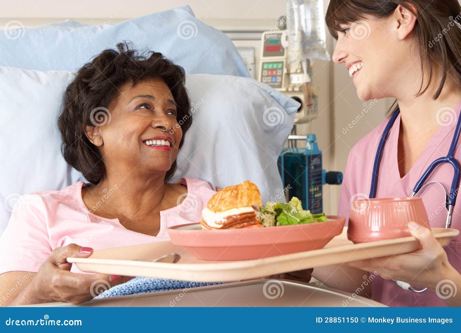 Pielęgniarki porci Starszy Żeński Cierpliwy posiłek W łóżku szpitalnym