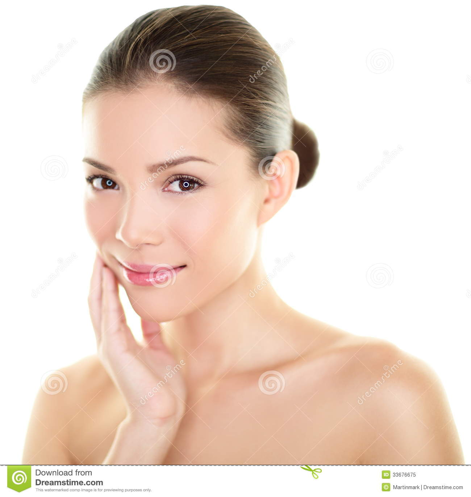 Piel conmovedora de la belleza de la mujer asiática del skincare en cara