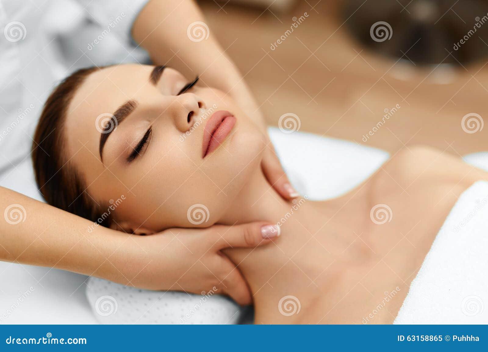 Piel, cuidado del cuerpo Mujer que consigue masaje de cara del balneario de la belleza Treatmen