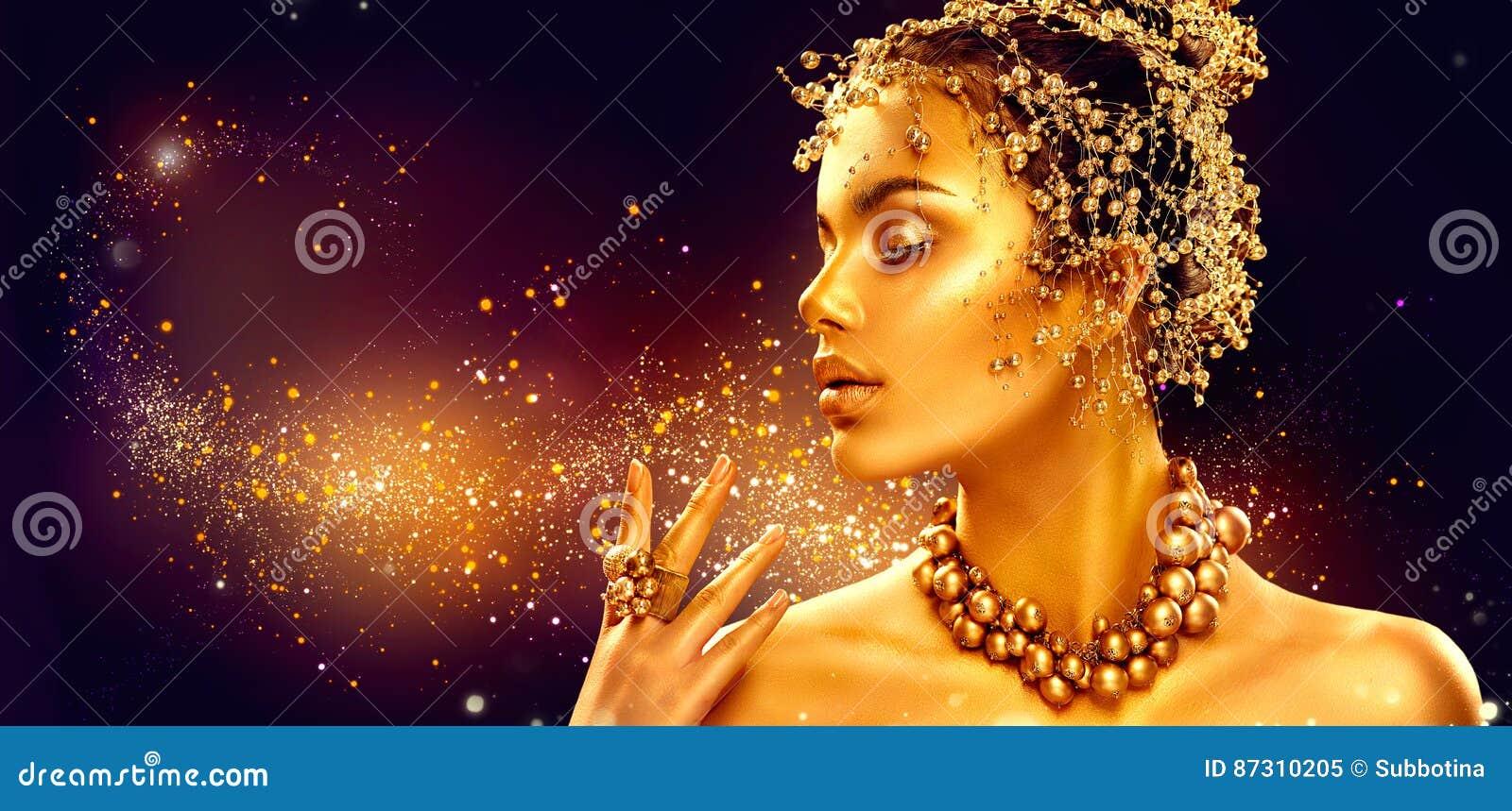 Piel de la mujer del oro Muchacha del modelo de moda de la belleza con maquillaje de oro