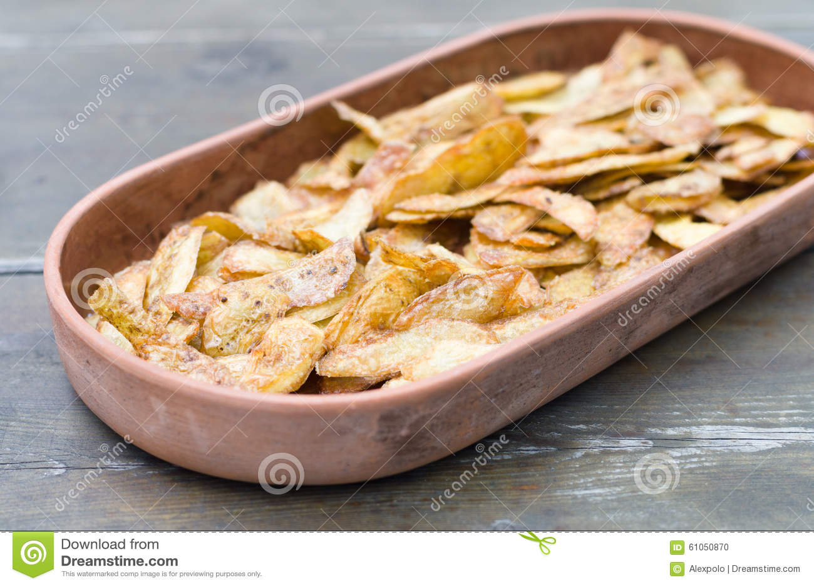 Pieles de patata curruscantes en loza