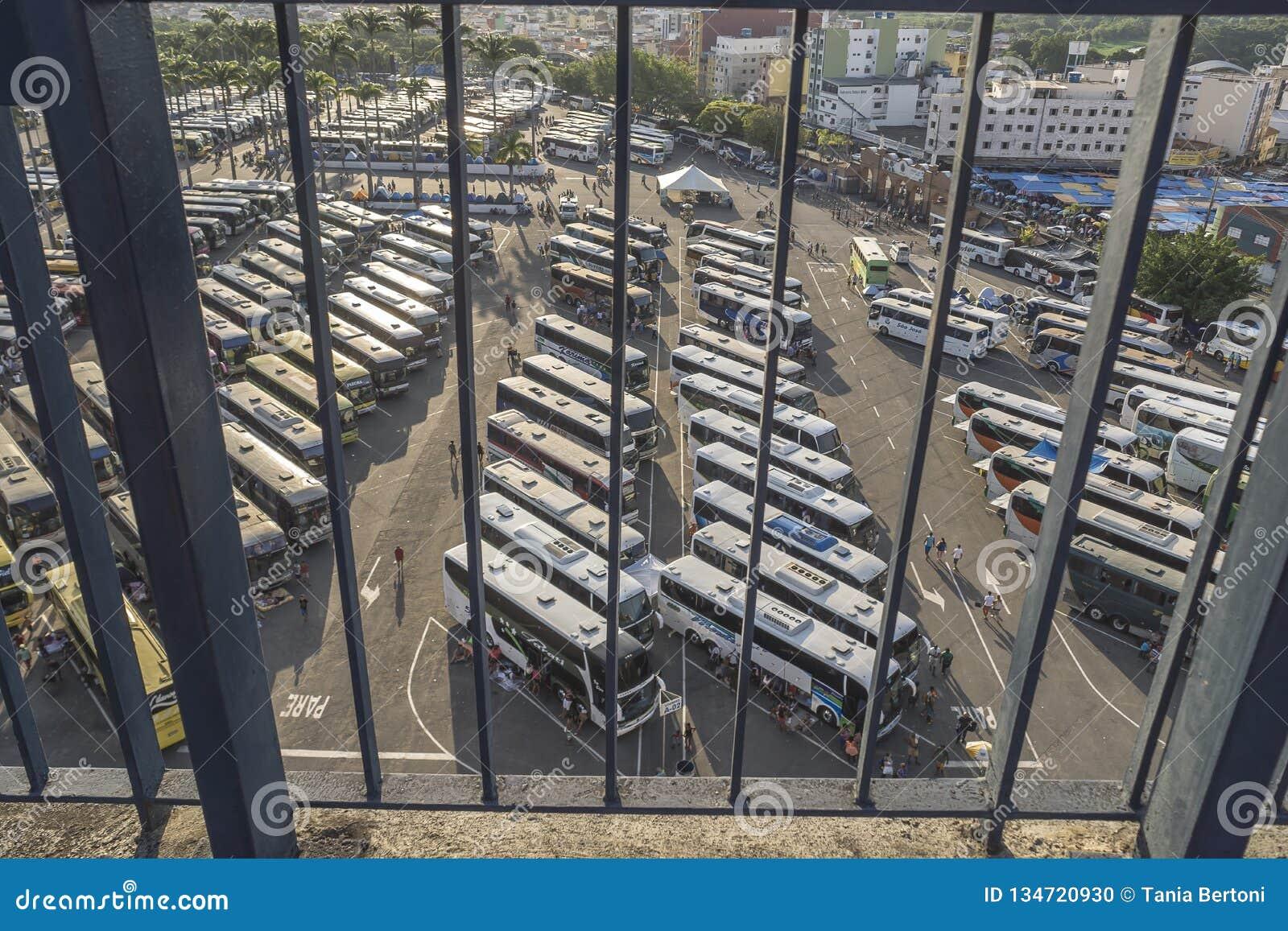 Pielgrzymów autobusy w zatłoczonym parking blisko bazyliki Nasz dama Aparecida, Brazylia