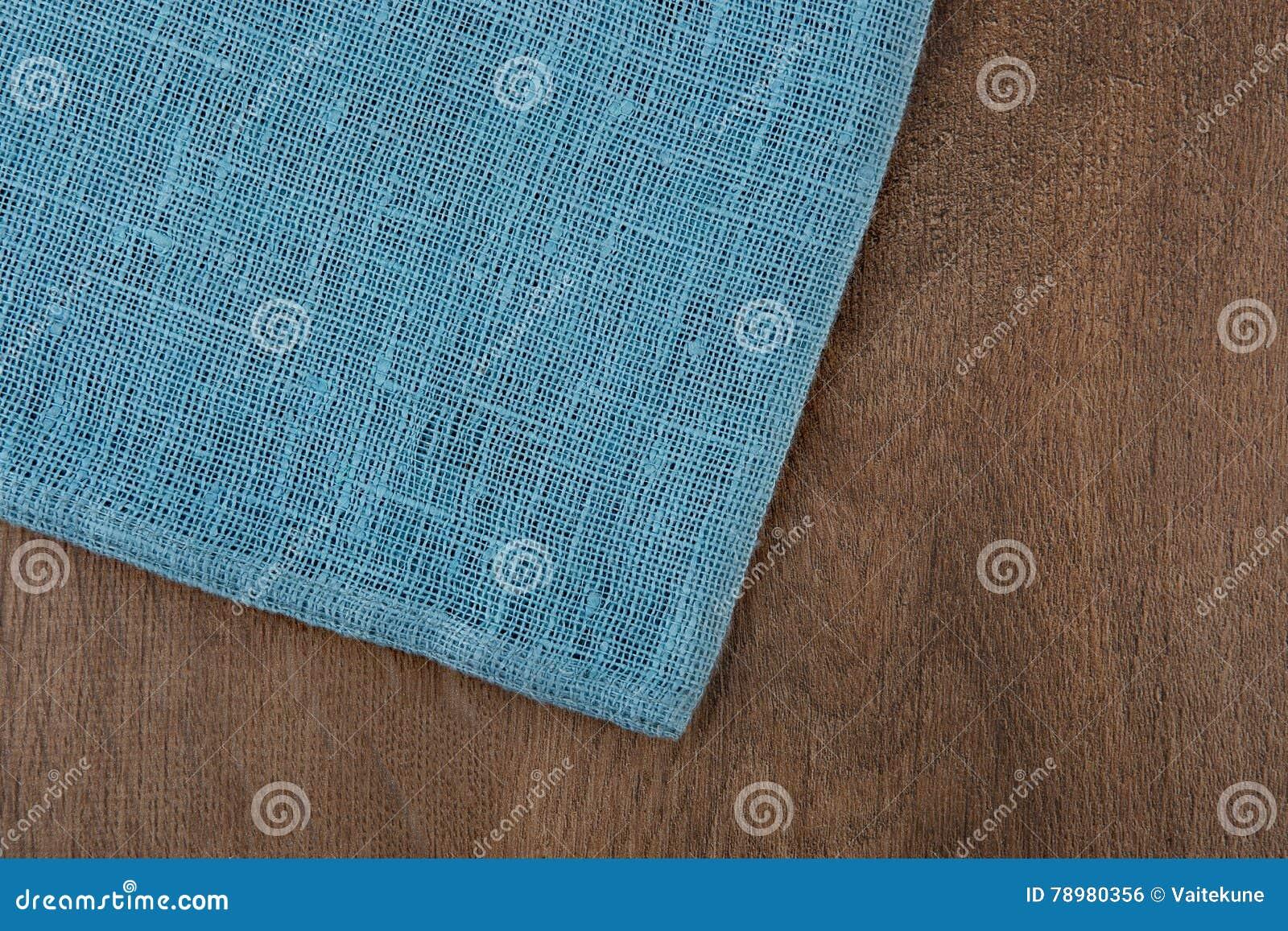 Pielucha od lewa strona drewnianego stołu