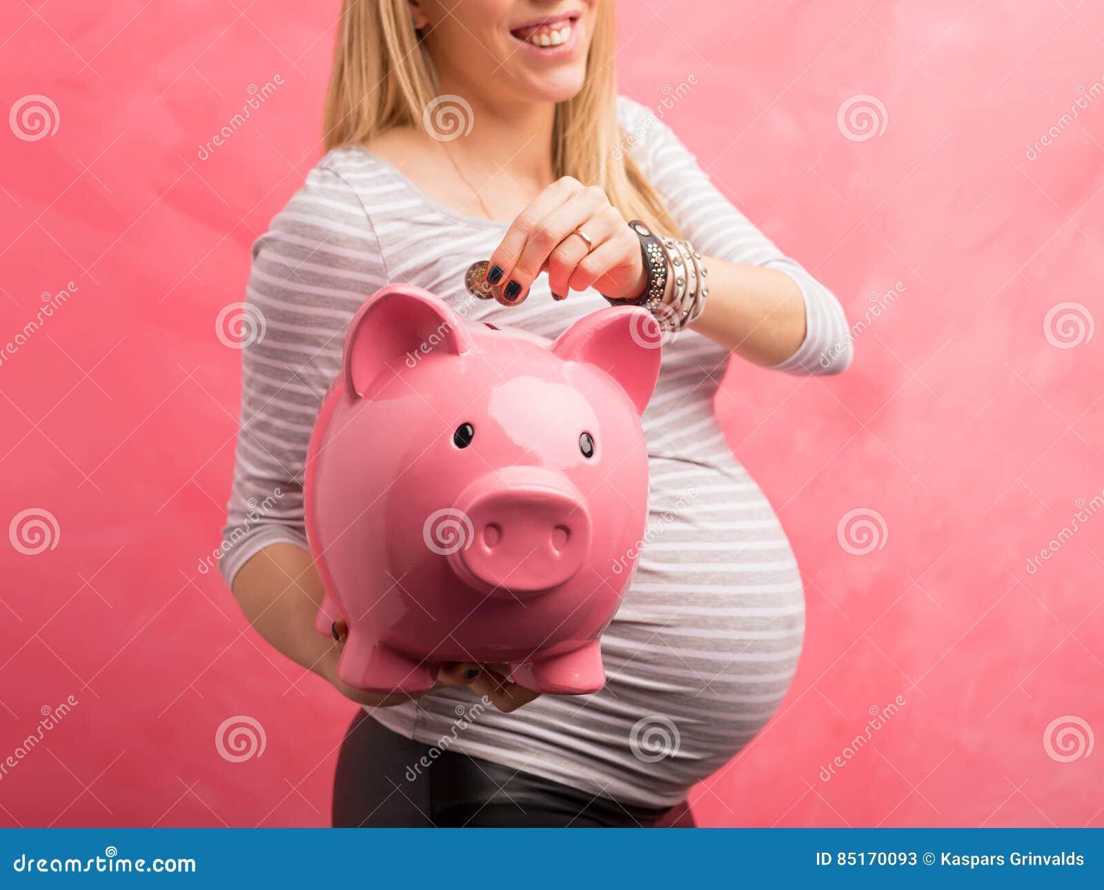 Pieniądze ciężarna oszczędzania kobieta