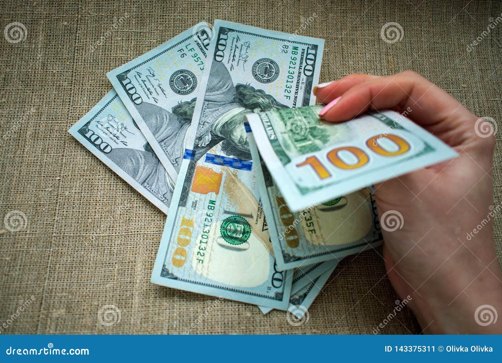 Pieniądze jest w ręce, kobieta bierze pieniądze
