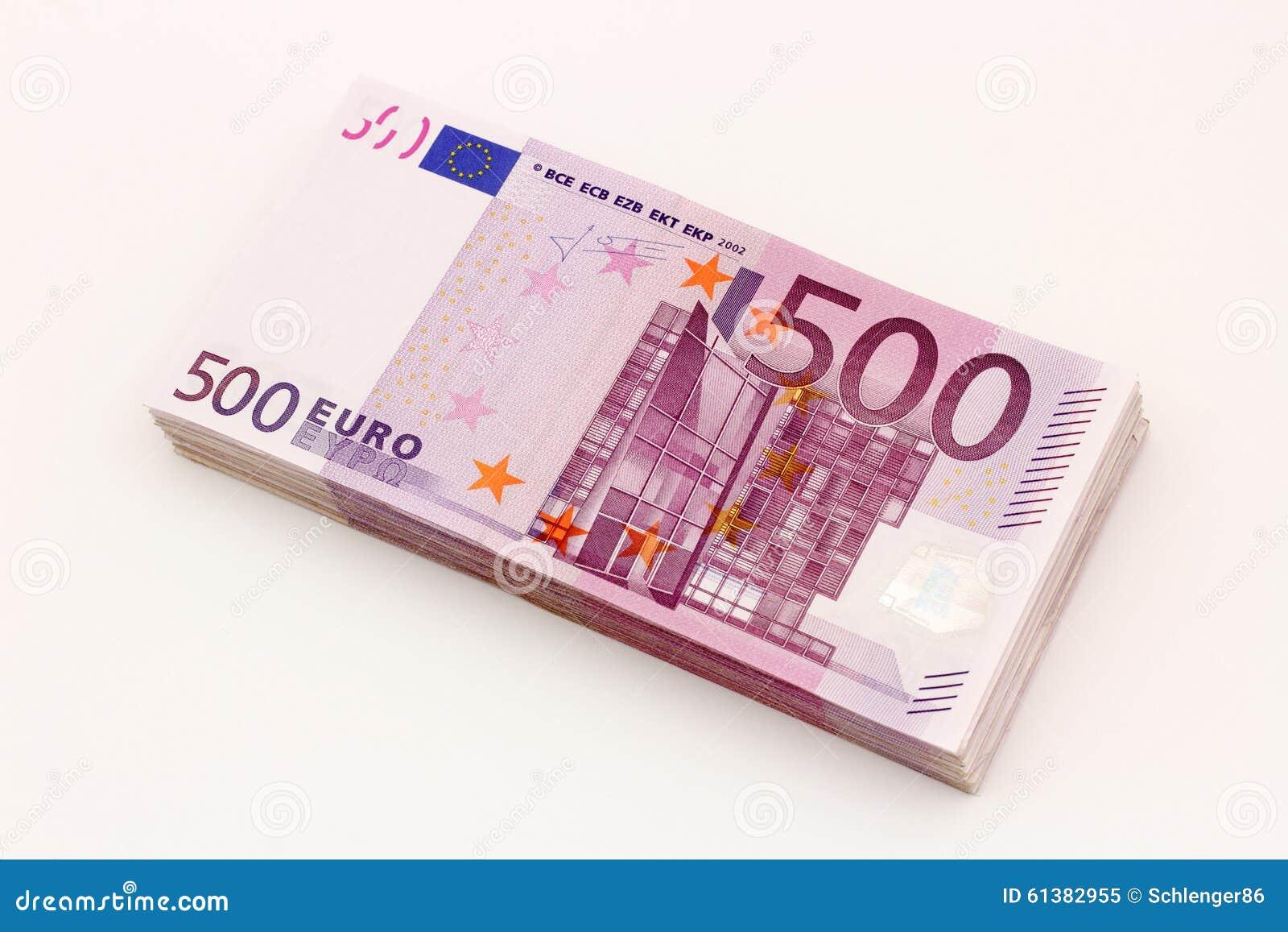 Pieniądze - Odosobniona sterta Pięćset euro rachunków banknotów z białym tłem