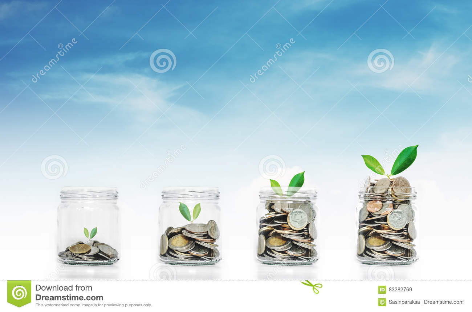 Pieniądze oszczędzania wzrostowi pojęcia, szklany słój z monetami i rośliny r, na niebieskiego nieba tle