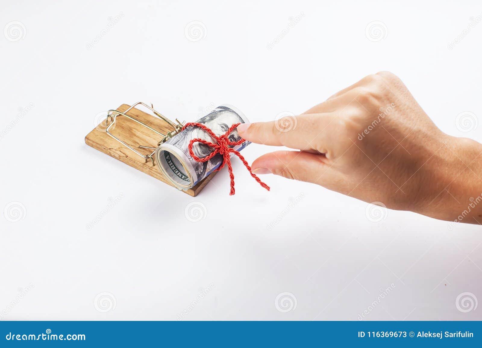 Pieniądze w mousetrap z ręką Na biały tle kobiety próby wp8lywy pieniądze myszy oklepiec