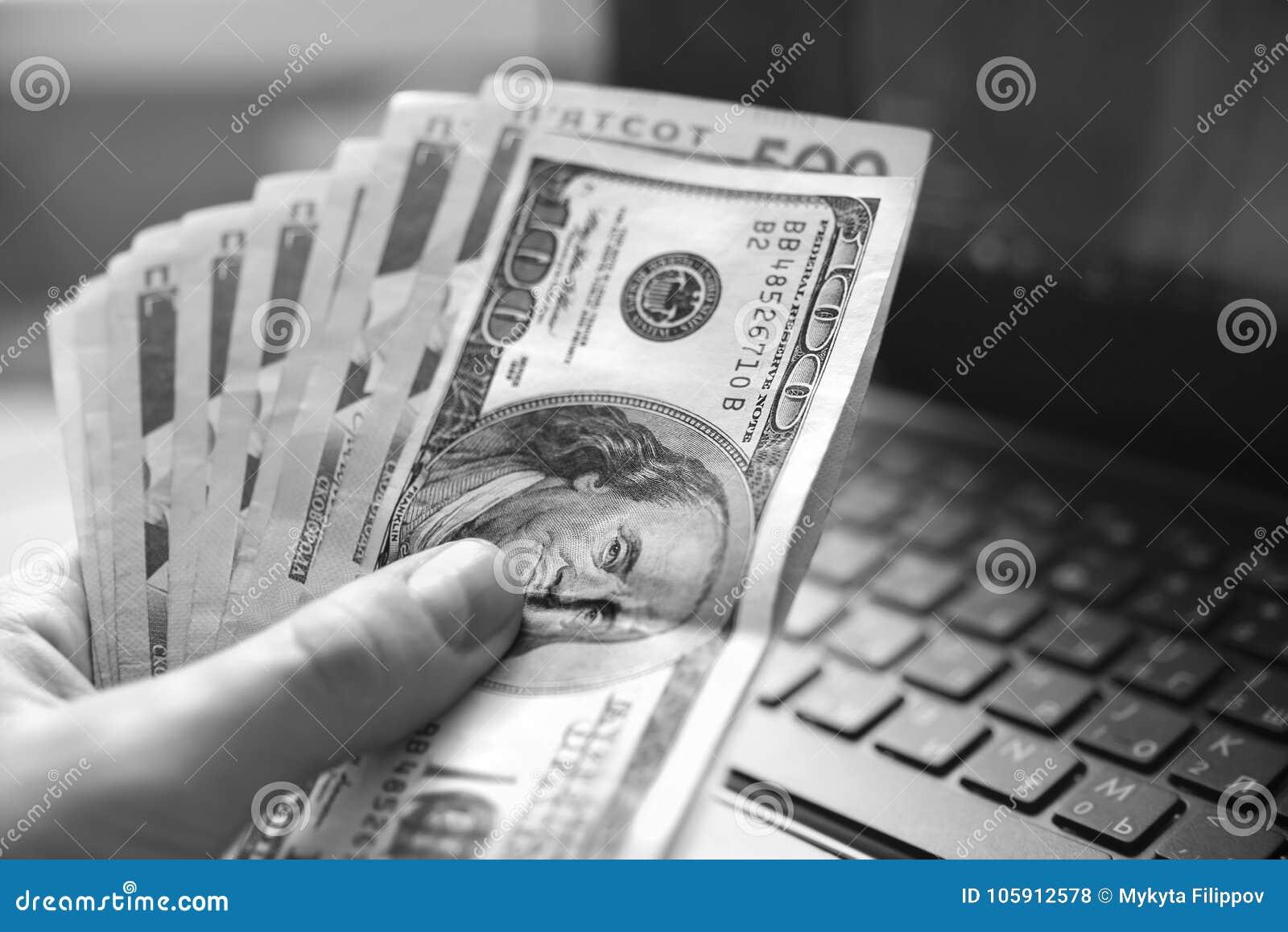 Pieniądze w ręce, UAH, USD, dolar