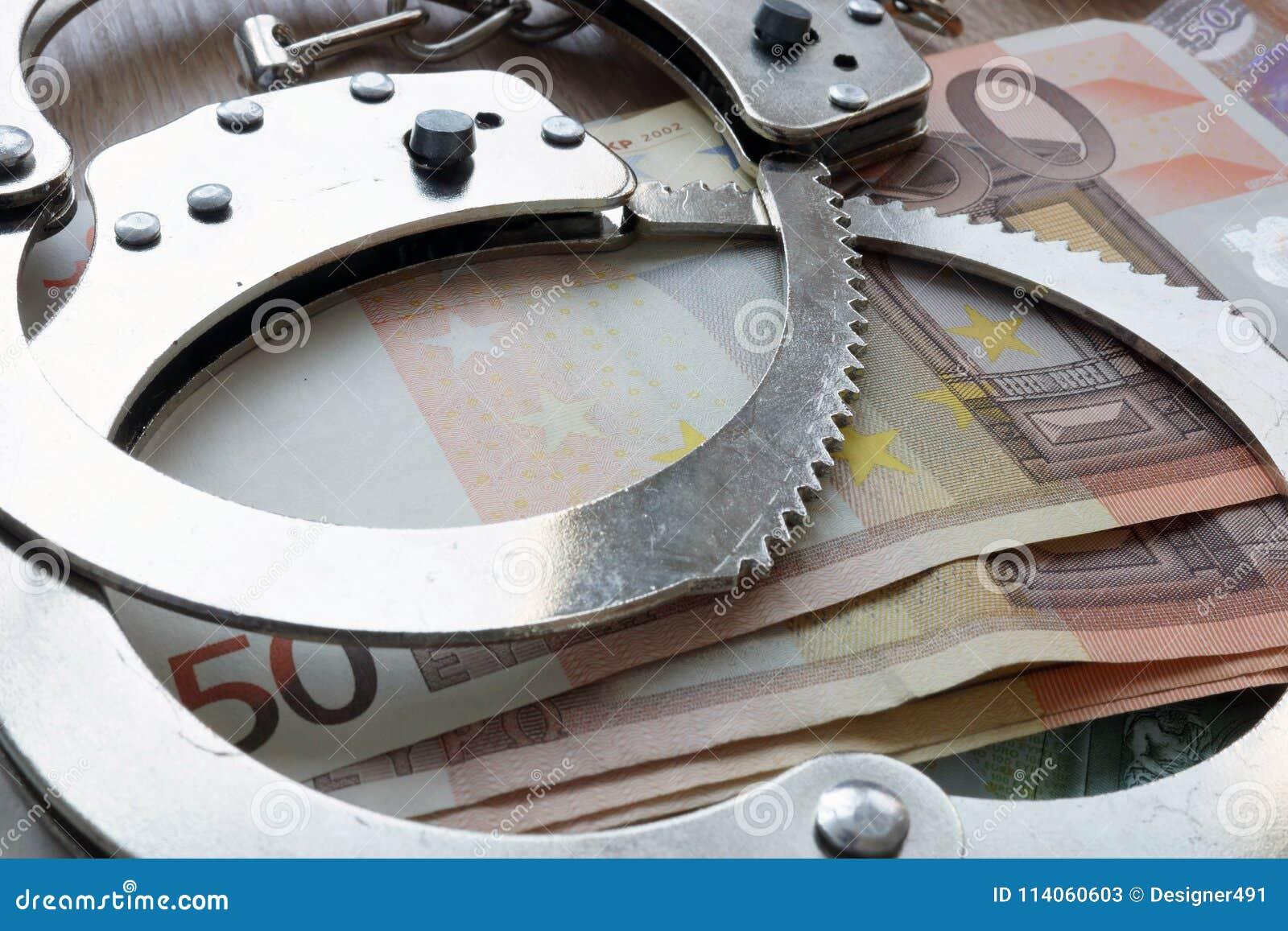 Pieniężny przestępstwo w Europa zjednoczeniu Euro i kajdanki