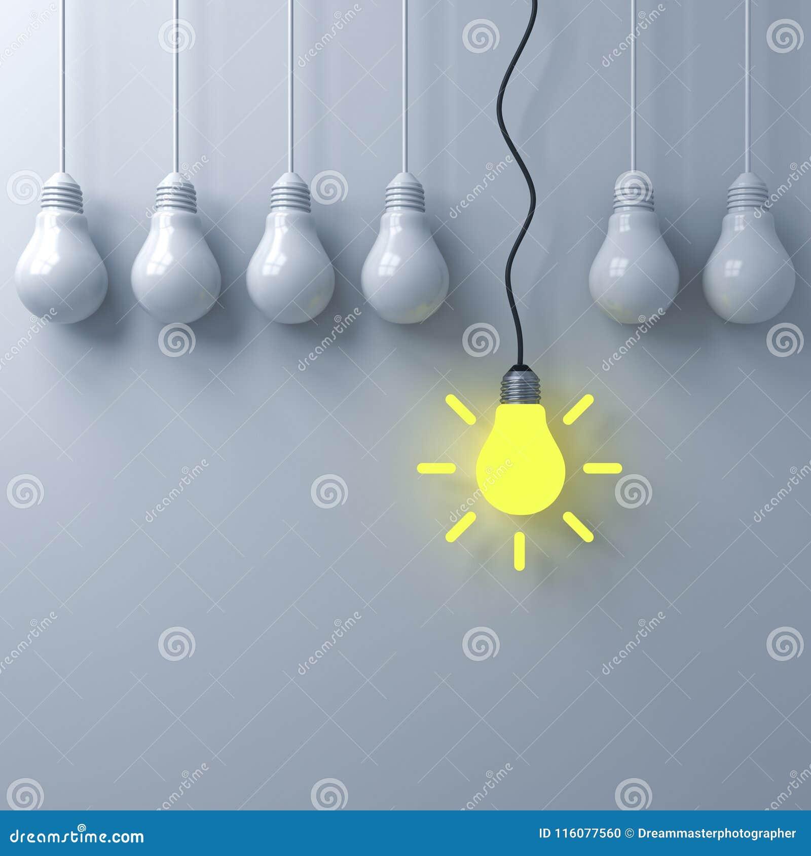 Piense diverso concepto, una bombilla que brilla intensamente colgante que se coloca hacia fuera de las bombillas unlit oscuros e