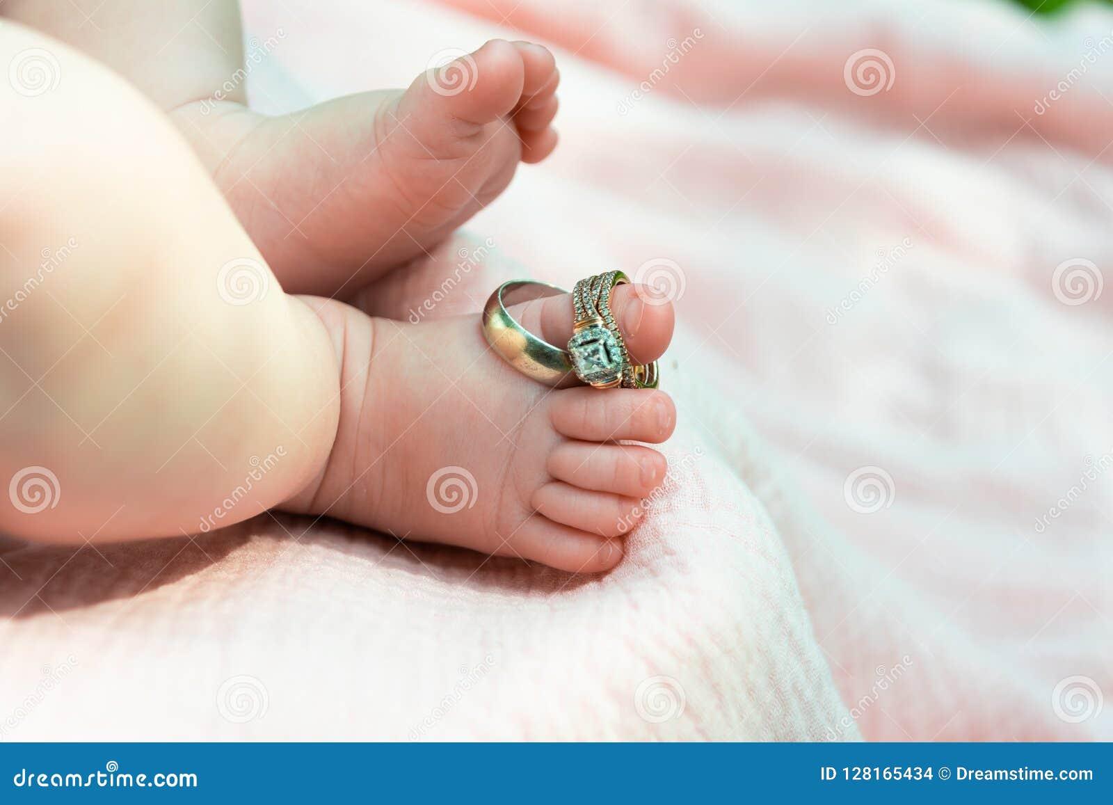 Pierścionki na dziecka ` s ciekach
