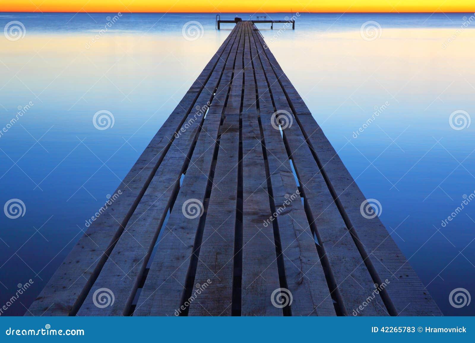 Pier auf dem Meer während einer Ruhe
