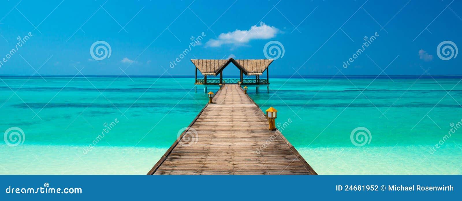 Pier op een tropisch strand