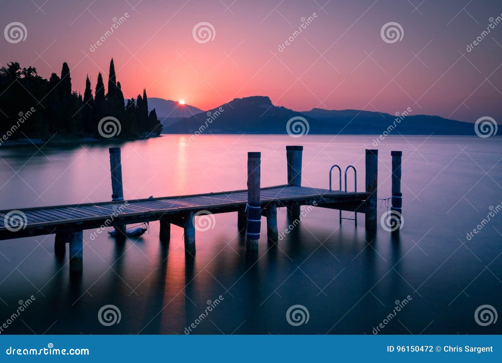 Pier op Meer Garda bij zonsopgang
