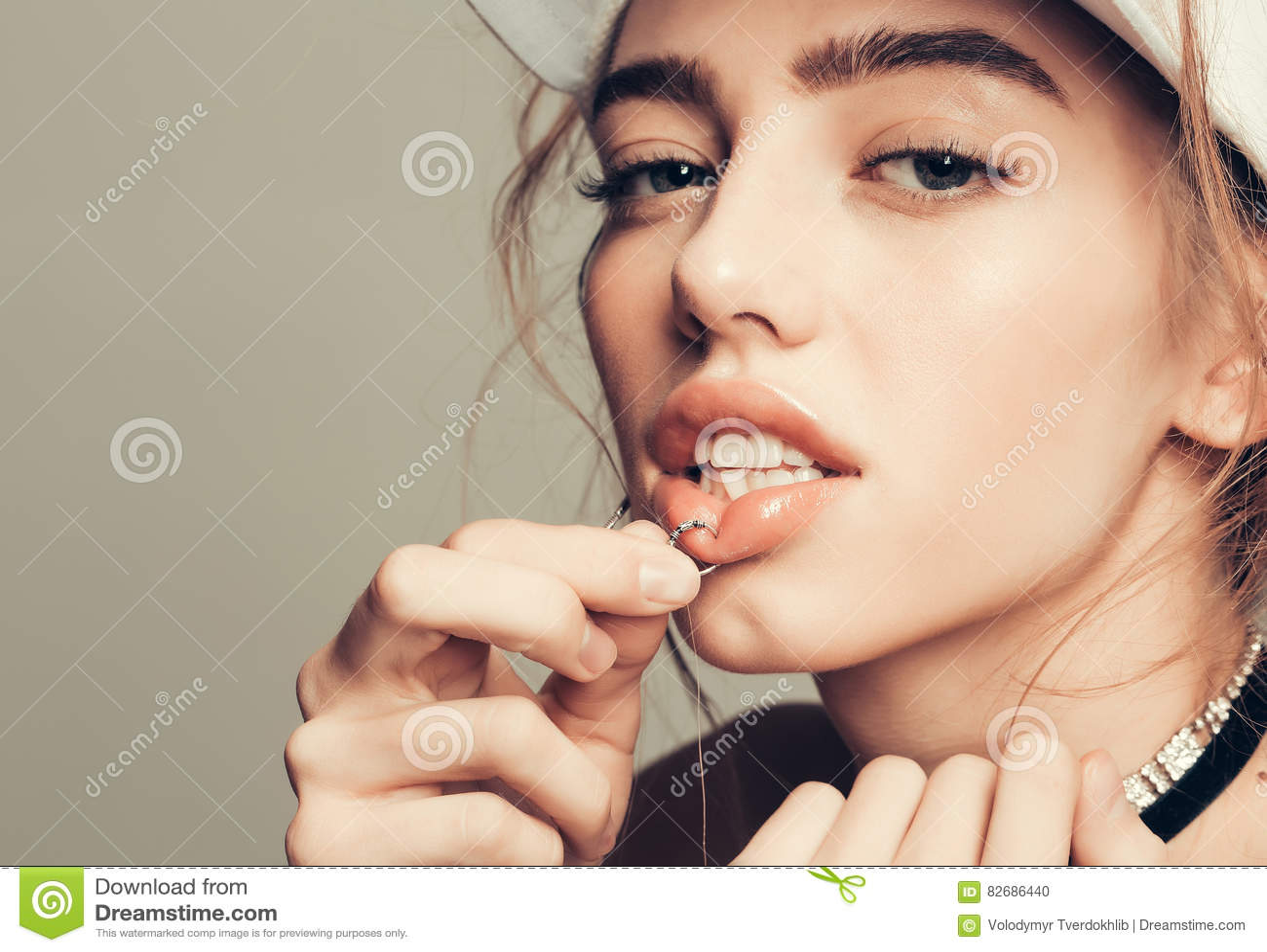 Piercing Lippe des recht sexy Mädchens