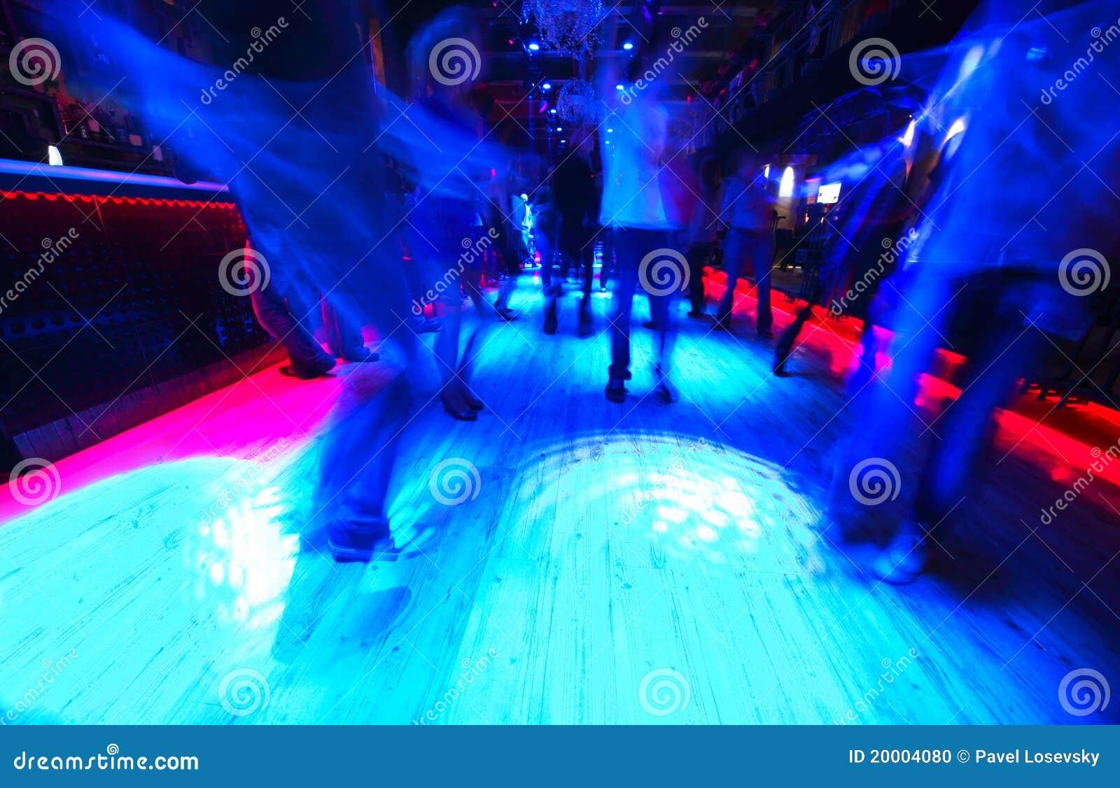 Piernas de la gente del baile en sala de baile