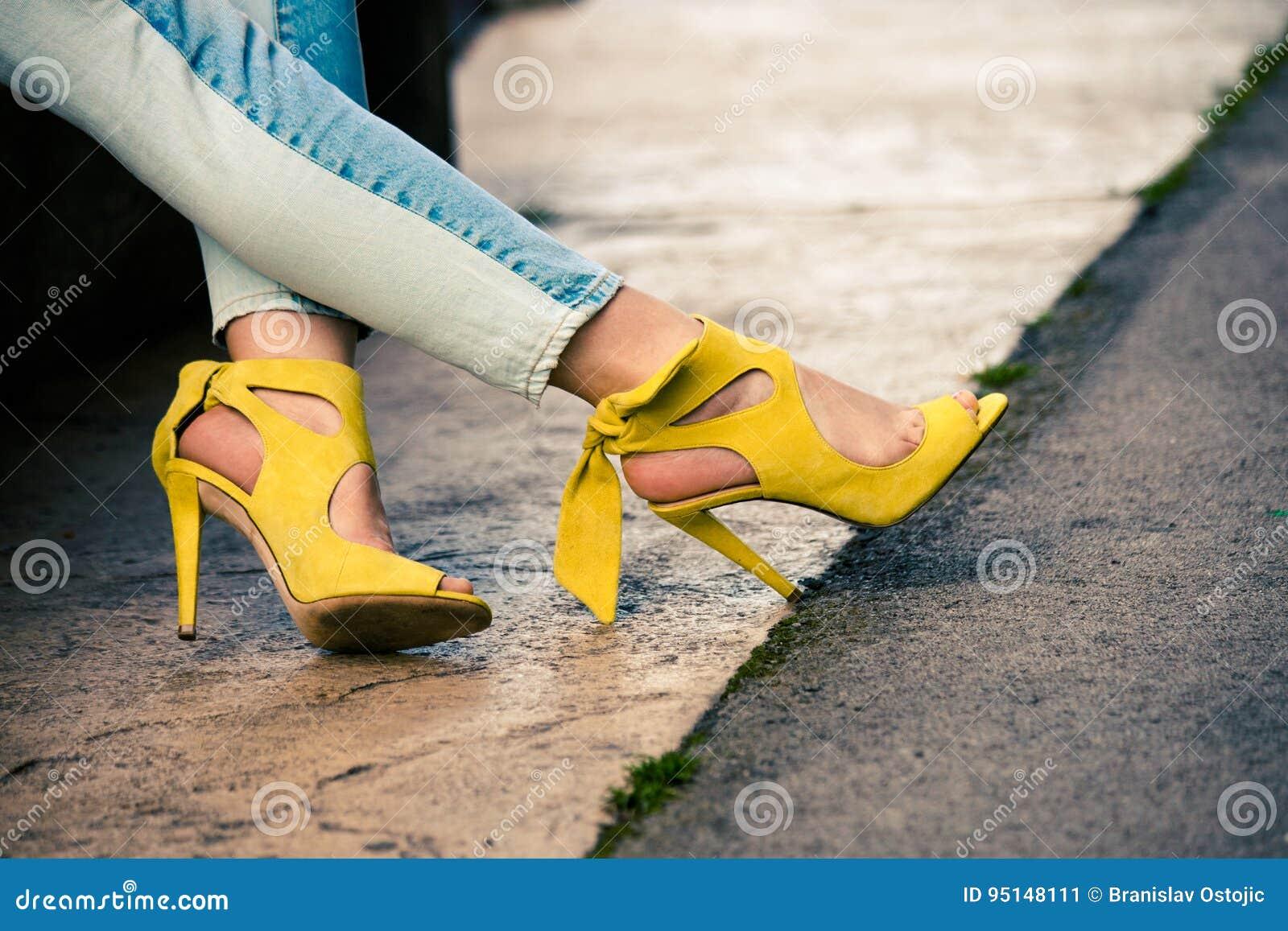 En La Piernas Cuero Del Mujer De Las Sandalias Tacón Amarillas 4RA5j3Lq