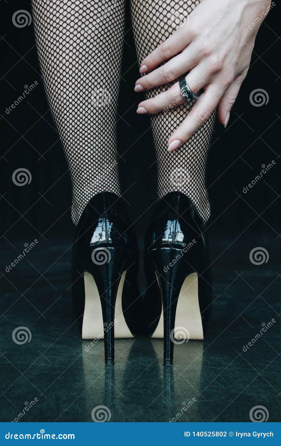 7f4807fb0 Piernas De La Mujer En Medias Y Zapatos Negros De Los Tacones Altos ...
