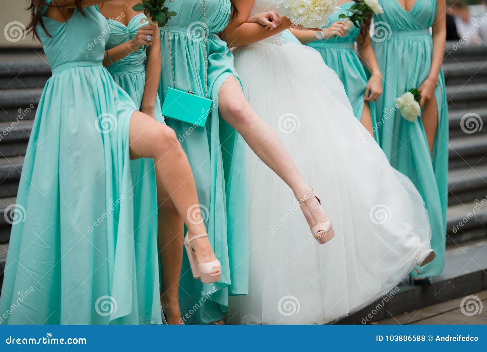 Piernas de las damas de honor Vestido en vestidos azules En el fondo de escaleras