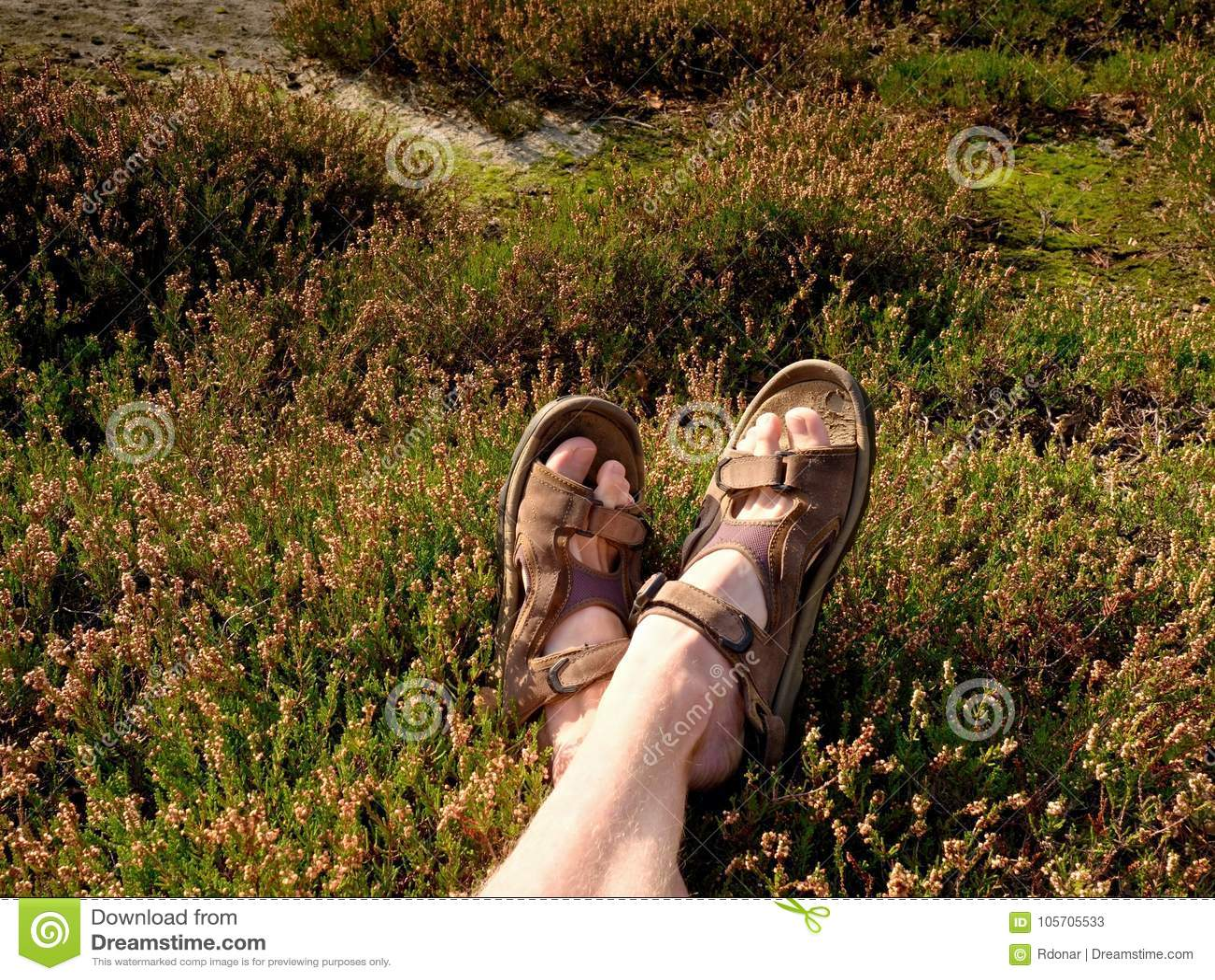 Caminar De Piernas Sandalias Las Desnudas Cansadas Pico En Largo KTJcF1l