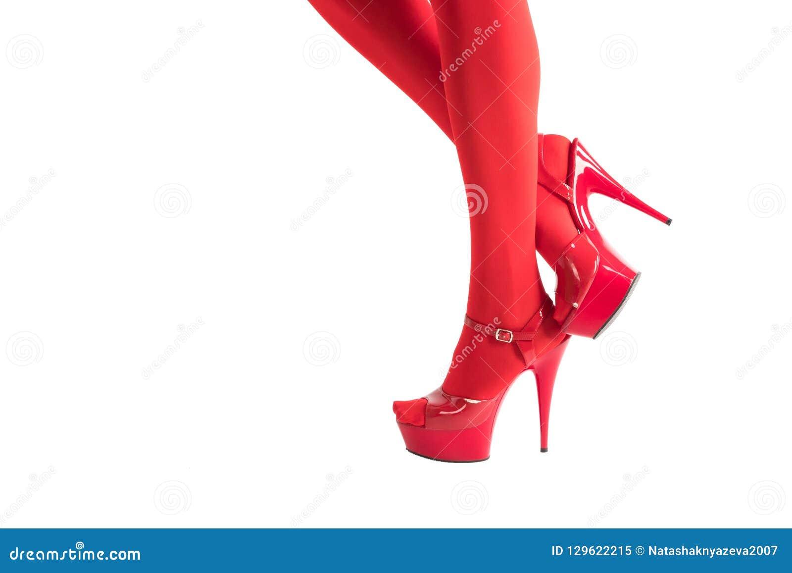 f8a82b891 Piernas Femeninas Atractivas En Medias Rojas Del Fetiche Y Tacones ...