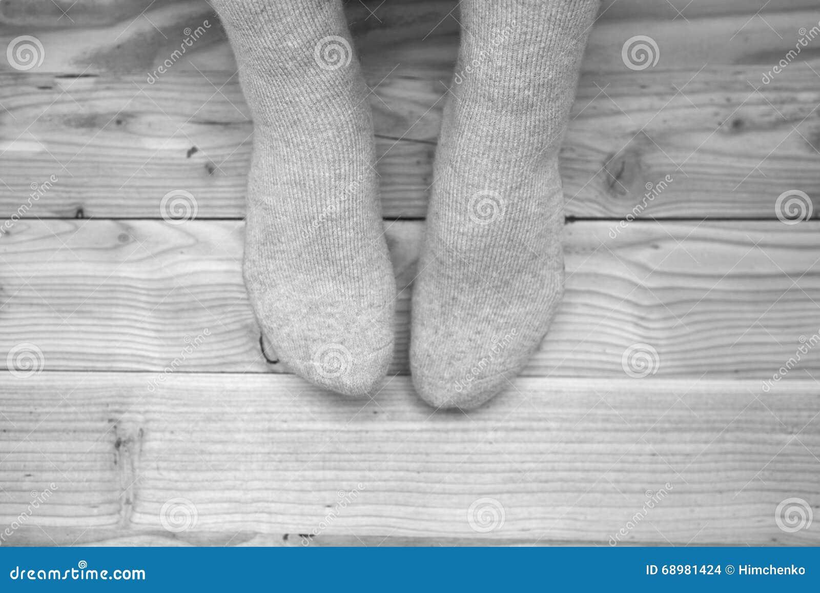 Piernas femeninas en calcetines de lana
