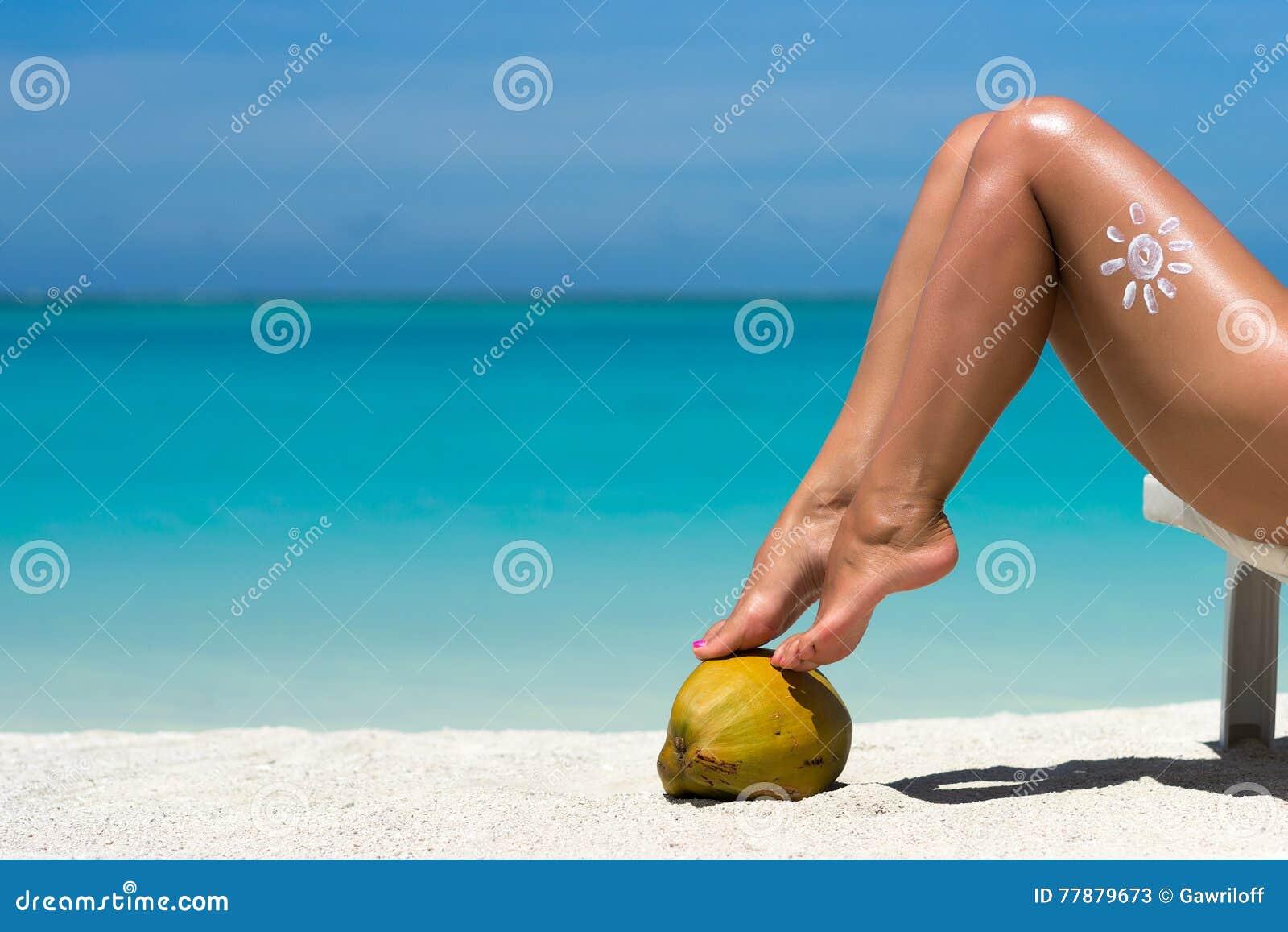 Piernas Femeninas Hermosas En La Imagen Conceptual De La Playa Tropical De Foto de archivo