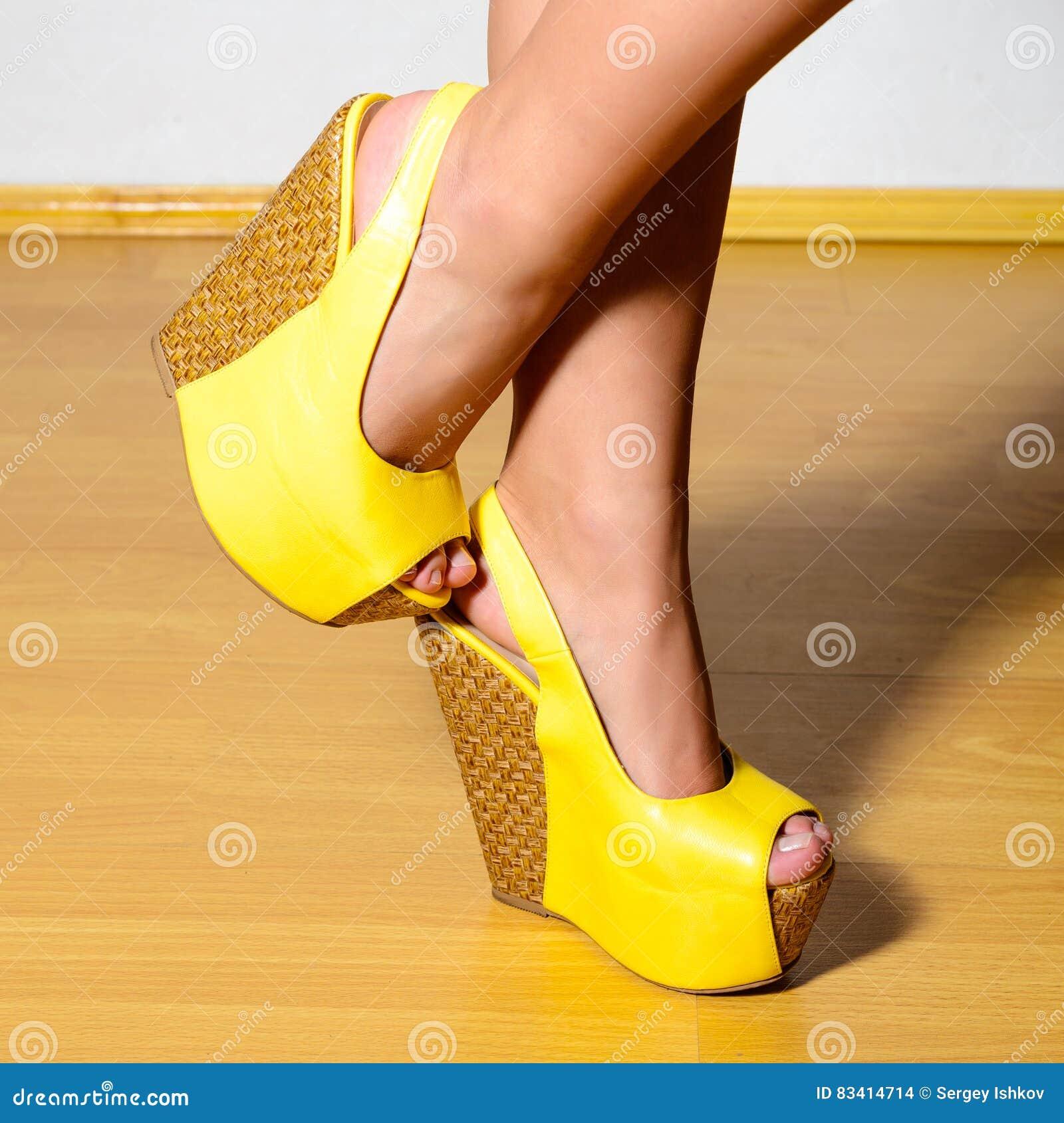 Piernas La Femeninas Con En Hermosas Zapatos Amarillos Alta PXZikuOwT