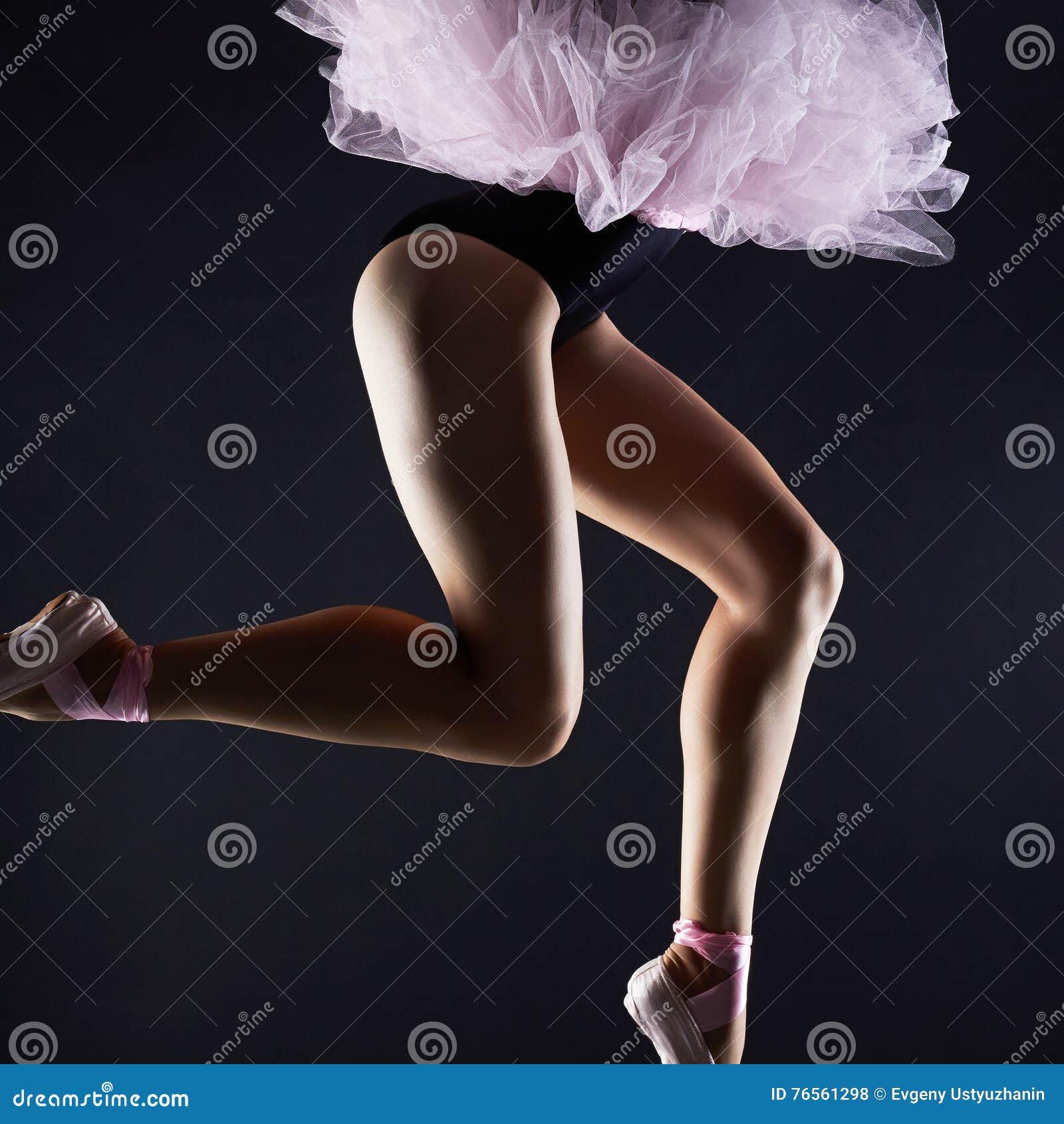 Piernas femeninas hermosas Muchacha del bailarín de ballet Zapatos del pointe de la bailarina