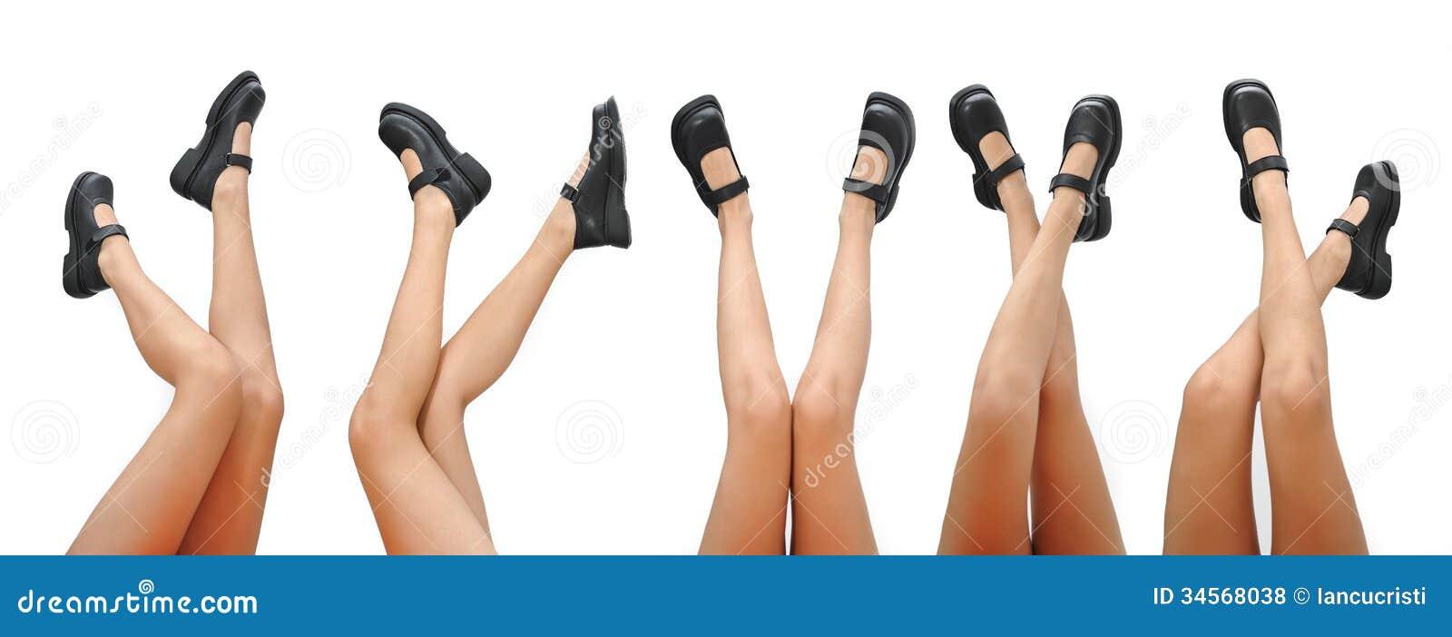 Piernas hermosas de la mujer y zapatos negros que señalan para arriba  aislado en un fondo blanco. Piernas bonitas largas de la mujer 126b0661bf10