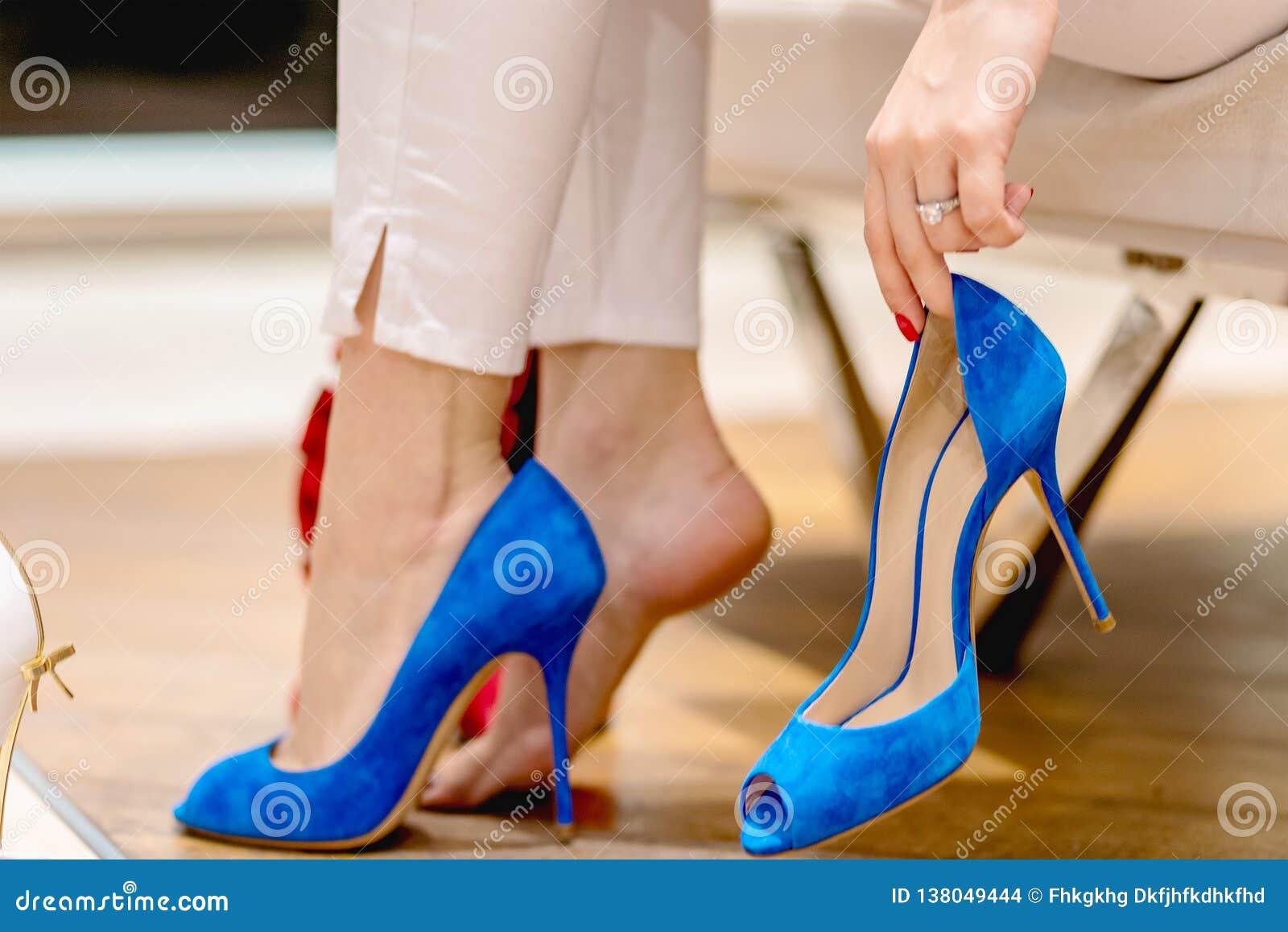 Piernas hermosas Mujer que intenta muchos zapatos choosing