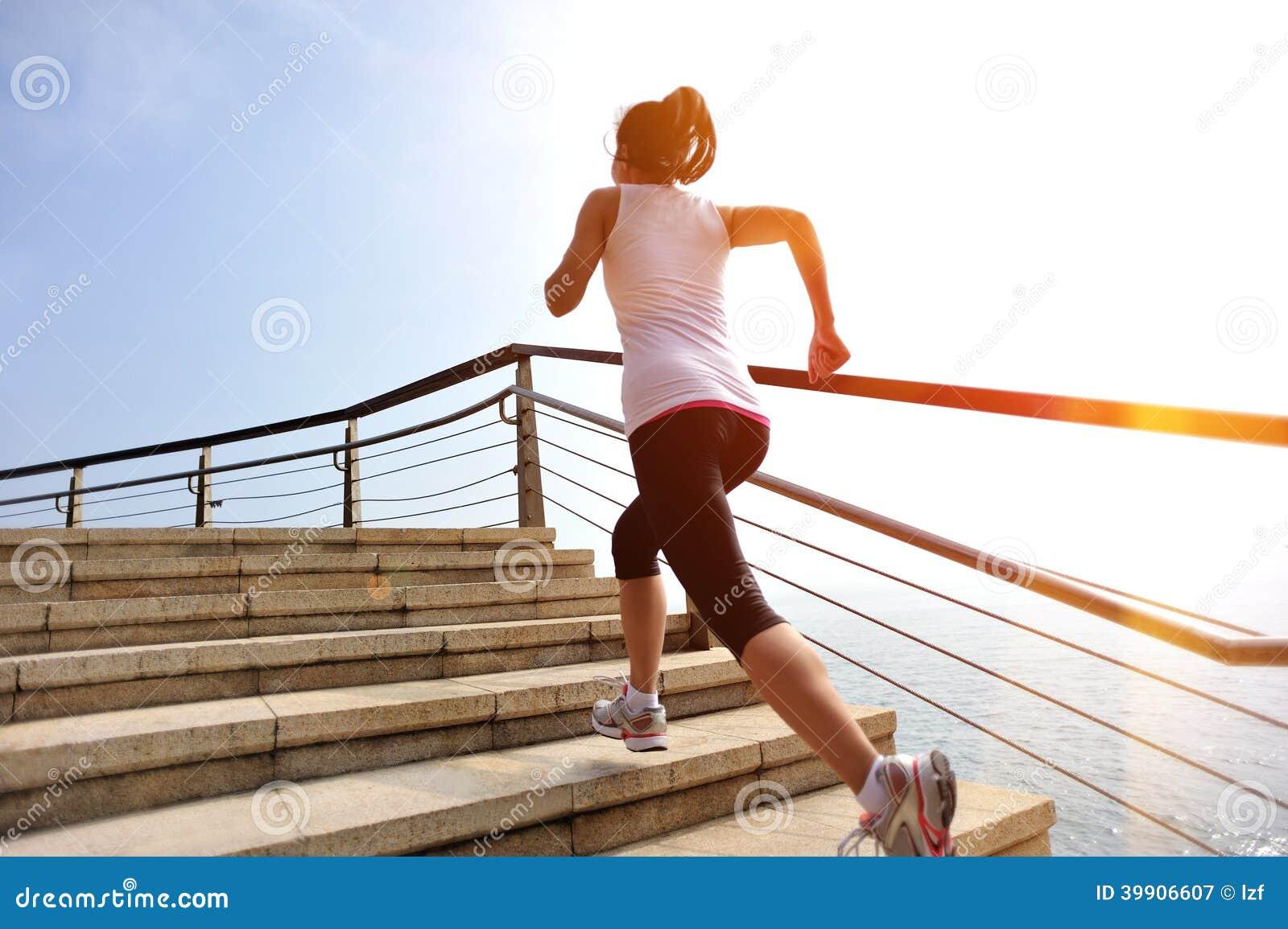 Piernas sanas de la mujer de la forma de vida que corren en las escaleras de piedra